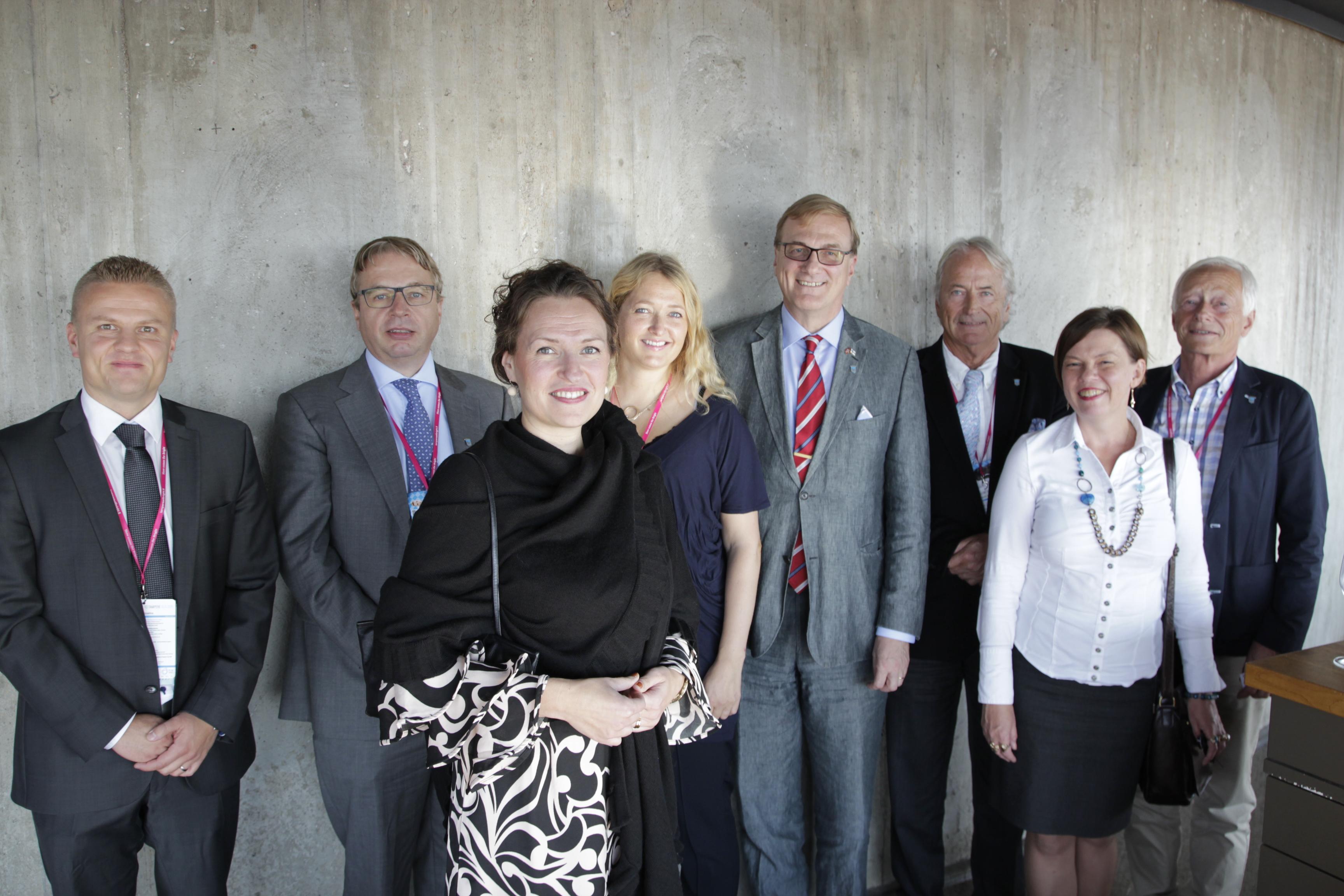 Knytter vennskapsbånd. Deler av delegasjonen fra Trondheim ble tatt imot av Tamperes ordfører Anna-Kaisa Ikonen, nummer tre fra venstre. 38-åringen med doktorgrad i statsvitenskap har styrt byen siden januar 2013. Med på møtet var også (f.v) Oula Välipakka (Tredea), Per Koch (Innovasjon Norge), Astrid Haugslett (Trondheimsregionen), Timo Salli (norsk konsul i Tampere), Harald Setsaas (finsk konsul i Trondheim), ordfører Ikonens rådgiver og Birger Elvestad (Trondheim kommune).