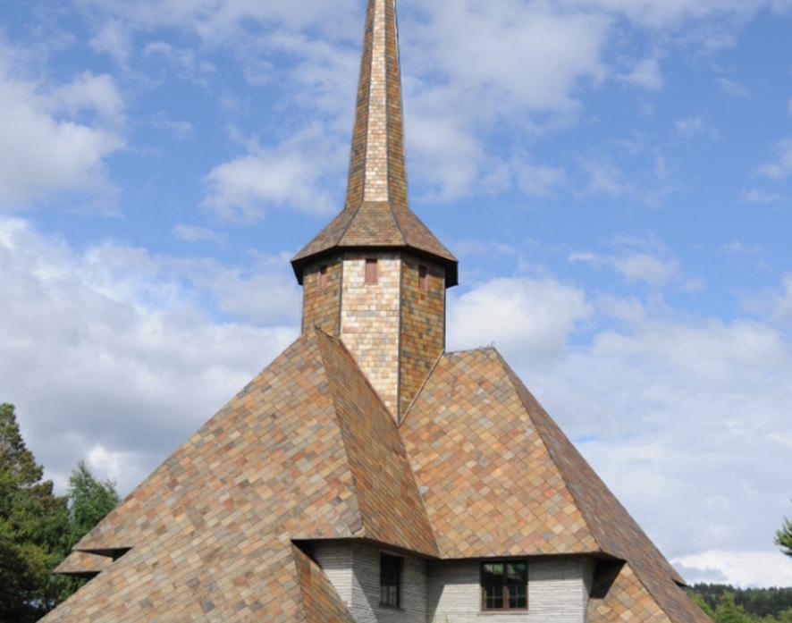 Eksklusivt byggemateriale. Flott fargespill på taket av Dombås kirke. Bygget er dekket av den unike Ottaskiferen, som ble dannet for 450 millioner år siden.