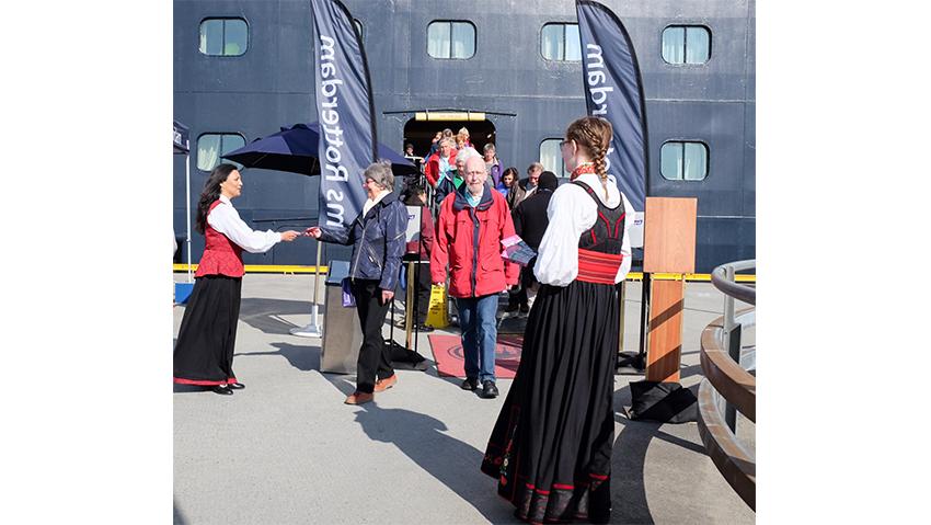 Varm velkomst. - Ved hvert anløp foregår det et målrettet markedsarbeid fra turistene ankommer Trondheim. Målet er å gi turistene en positiv ferieopplevelse som får turisten til å snakke pent om Trondheim, og besøke vår region igjen, sier Maria Kühnl. Foto: Trondheim Havn
