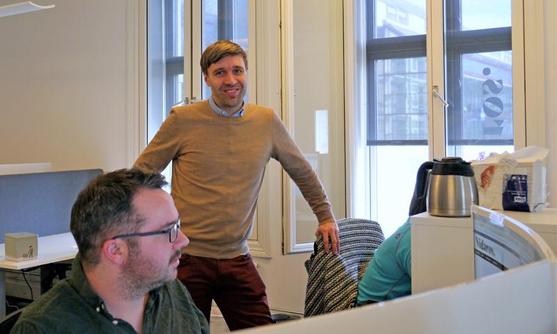 Nidaros.no har kommet seg i hus i Kjøpmannsgata 42. Arne Reginiussen ved arbeidsstasjonen der redaksjonssjef Alexandra Kosowski og journalist Lorns Bjerkan sitter.