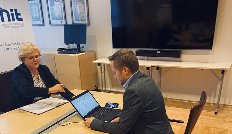 Åpne linjer: Adm. direktør Berit Rian og næringspolitisk leder Børge Beisvåg koordinerer telefonmøte mellom byens handelsnæring og Trondheim kommune. Foto: Gent Tahiri