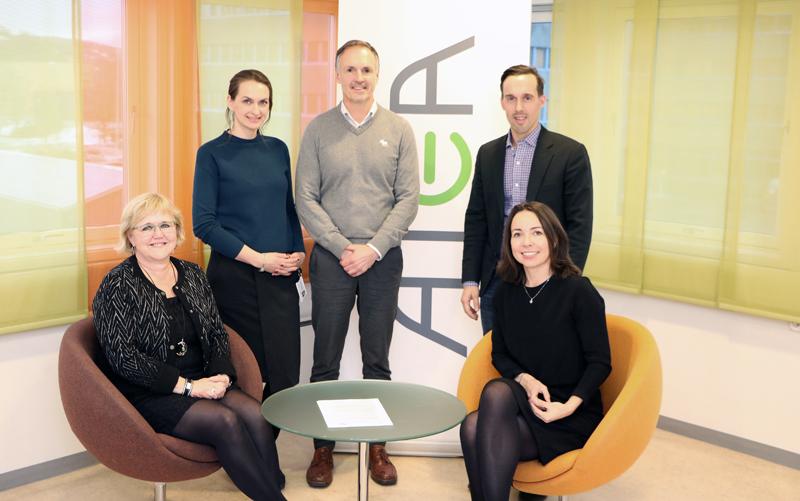 Signering av samarbeidsavtale for 2018-2020. Fra venstre: Berit Rian (NiT), Ida Lee-Wright (Atea), Torgeir Sølsnes (NiT), Thomas Karlsen (Atea), Tonje Foss (Atea).