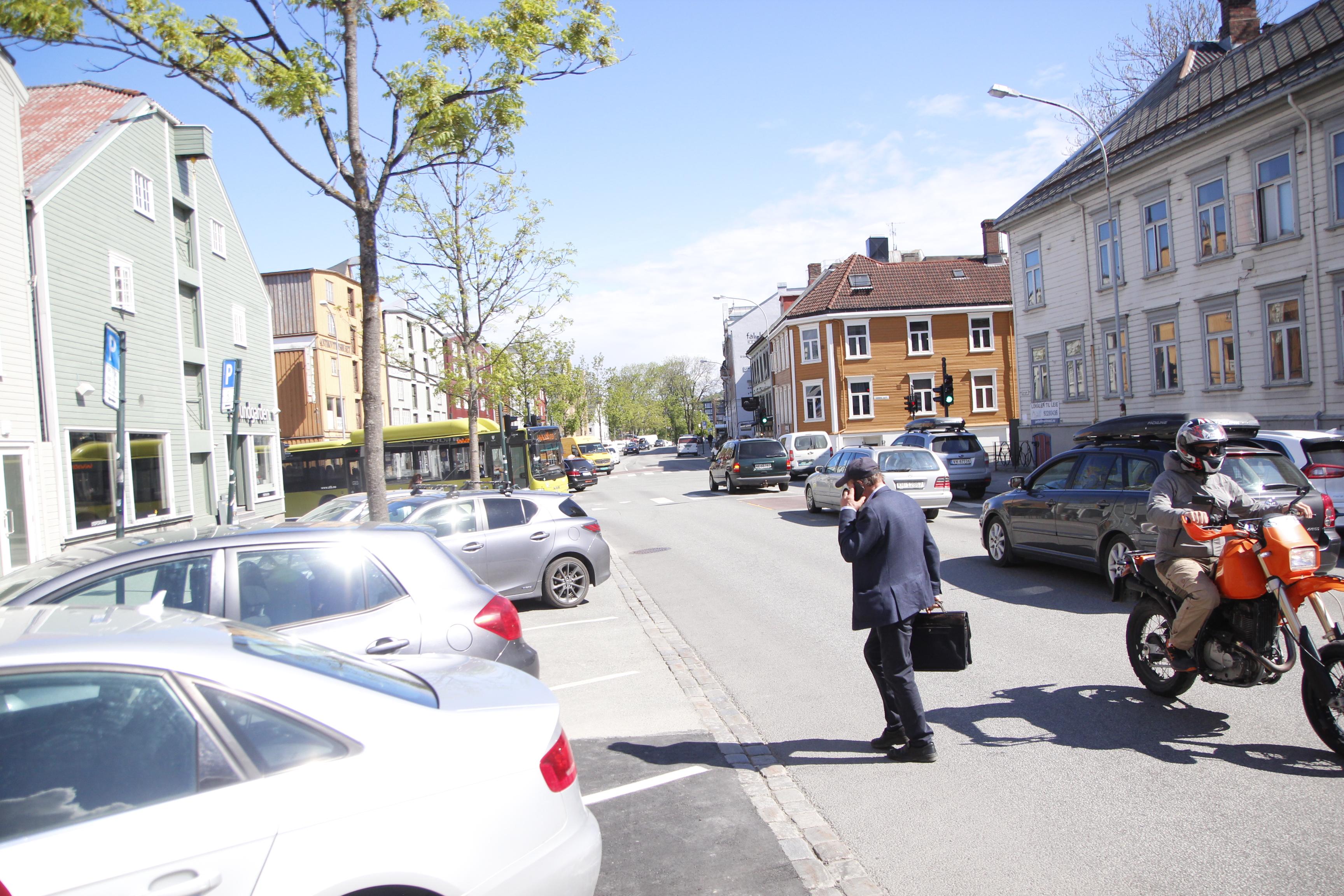 Flaskehals. Mye trafikk skal presses gjennom Fjordgata. Vil gatas tre trange flaskehalser tåle belastningen når kjøremønstre for bil og buss legges om i Midtbyen over sommeren?