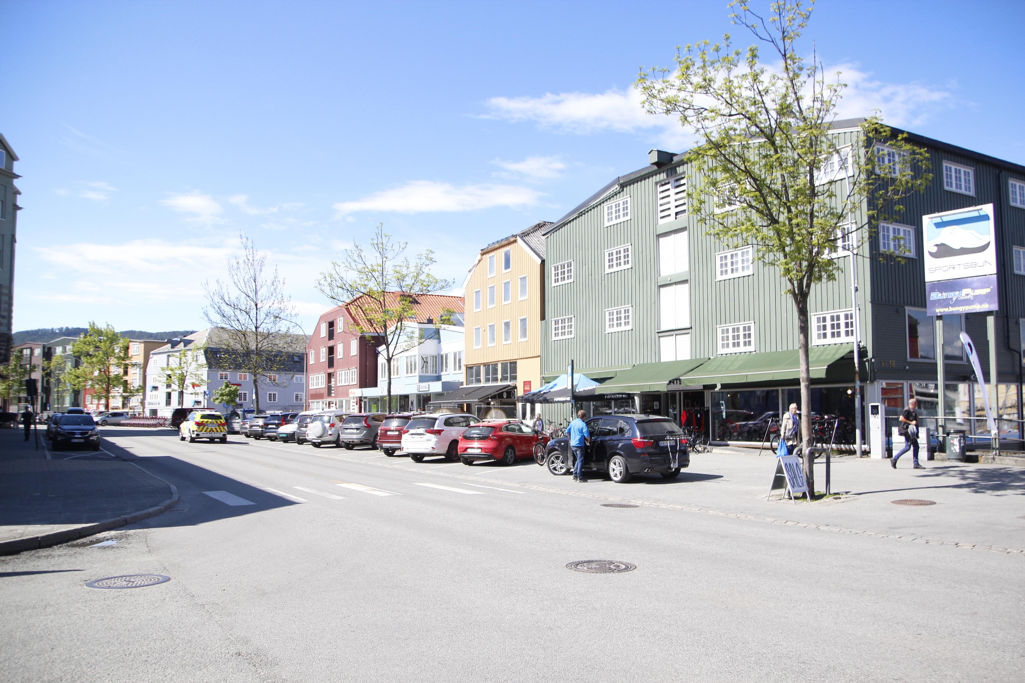 Bred på sitt bredeste. Deler av Fjordgata har stor bredde og svarer i dag til behovene til flere som driver handelsvirksomhet med store varer som møbler, instrumenter og tungt sportsutstyr. Flere respondenter i NiTs undersøkelse peker på at arealet bak bryggene mot kanalen burde kunne utnyttes til parkering eller sykkelvei.