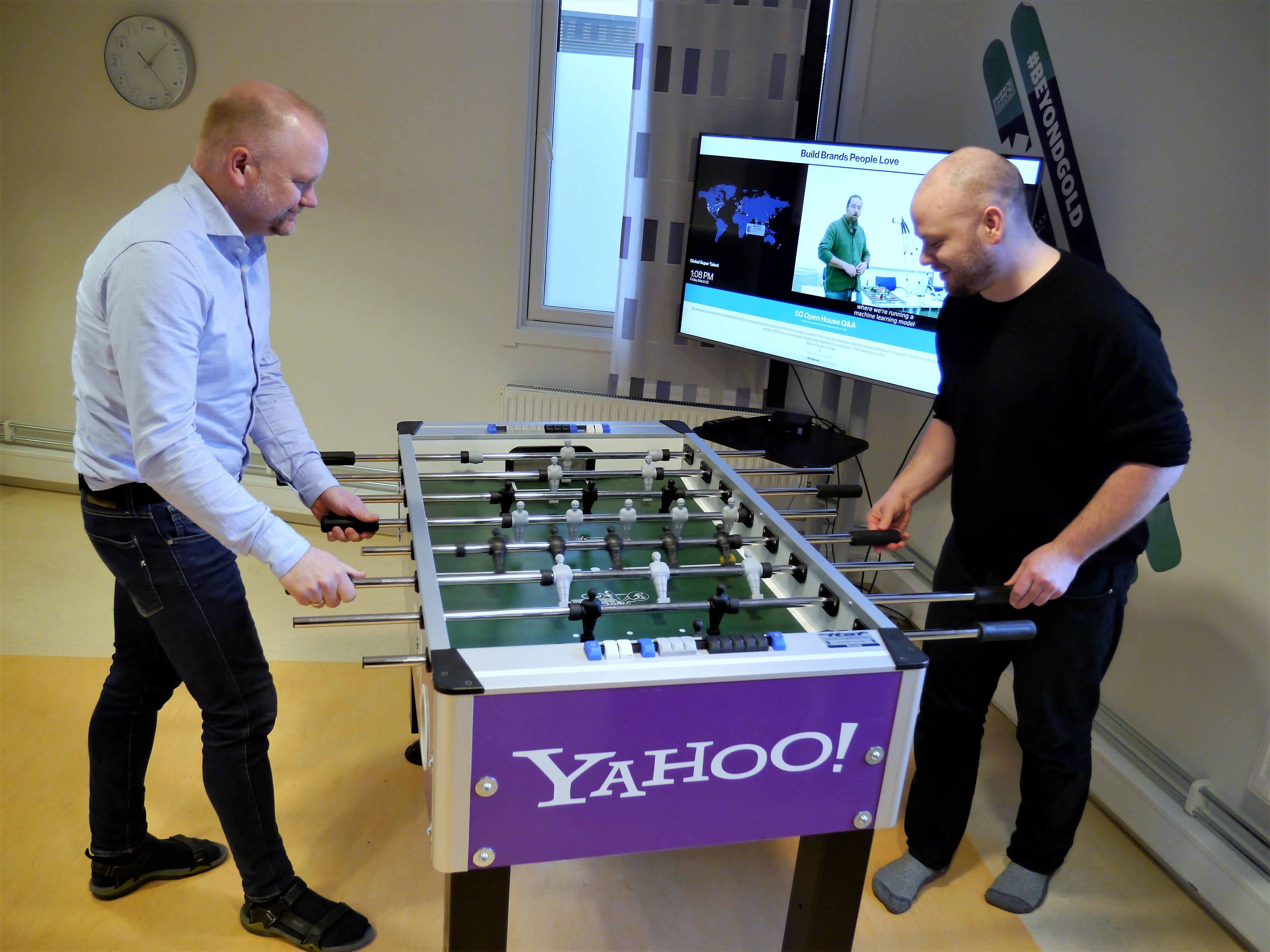 Skifter navn til Verizon Media, men beholder merkevaren Yahoo! Daglig leder Kim Omar Johansen og utvikler Jon Marius Venstad kjører en omgang fussball.