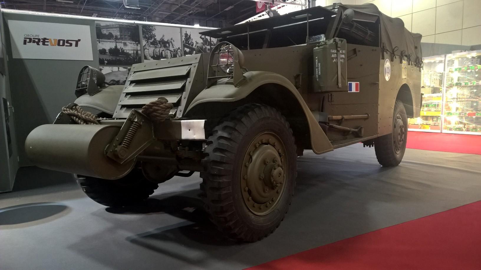 Steintøff White M3A1 Scout Car. White Motor Company stod bak produksjonen av bilene, som varte fra 1940-1944. De hadde permanent firehjulstrekk, og var ofte utrustet med en 12,7 (.50 caliber) mitraljøse, supplert av to 7,62 mm (0.30 caliber) maskingevær. Bilen ble brukt på vanlig kavaleri-måte som for eksempel rekognosering, men fra midten av 1943 gjorde bilens svakheter (dårlig framkommelighet, åpen takløsning) det til at det amerikanske forsvaret heller gikk for Ford Motor Company sin M8 (ofte kalt «Greyhound» av britene).