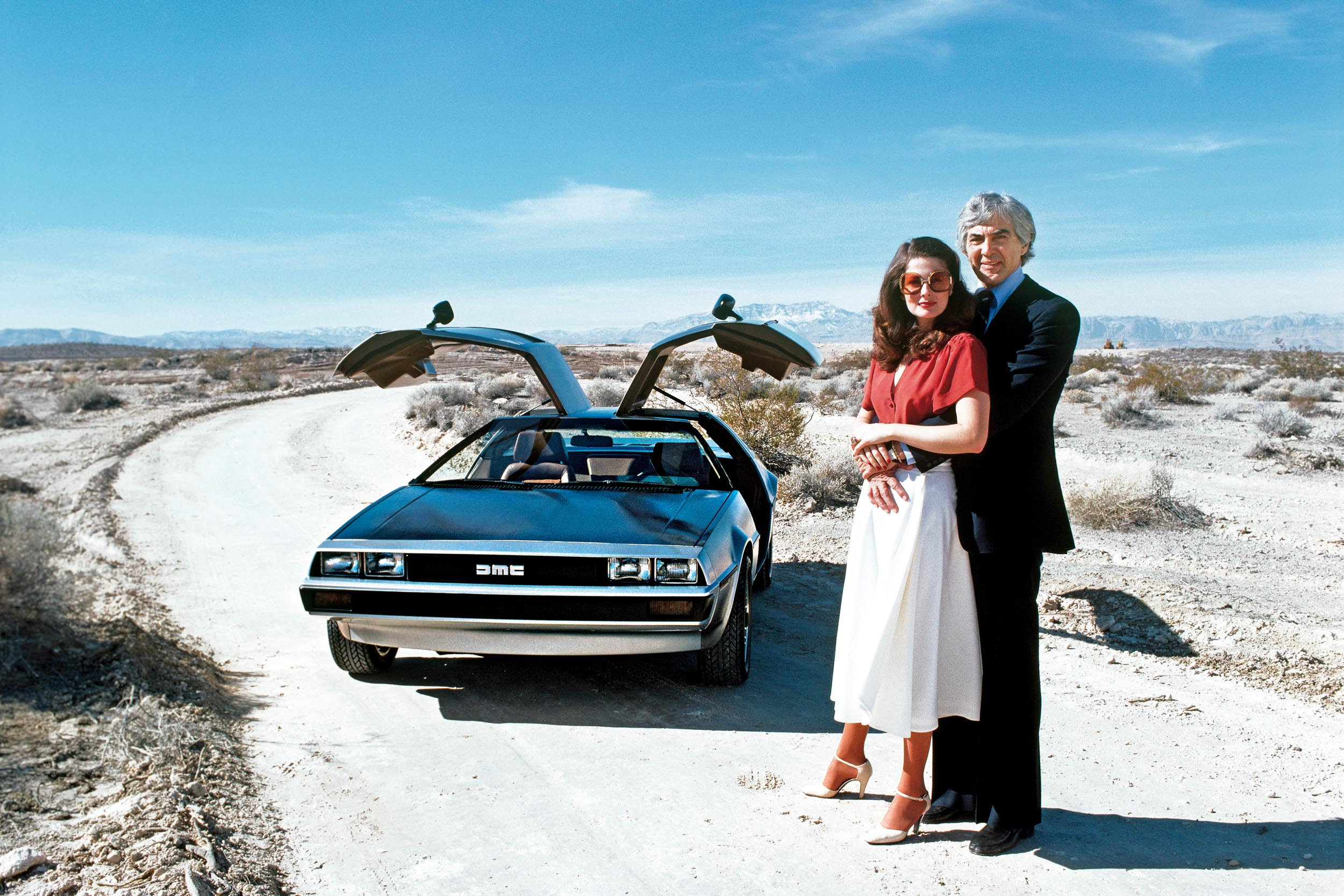 Med sin unge vakre modellkone Cristina ved sin side kunne DeLorean skape et enda mer glamorøst inntrykk av seg selv.