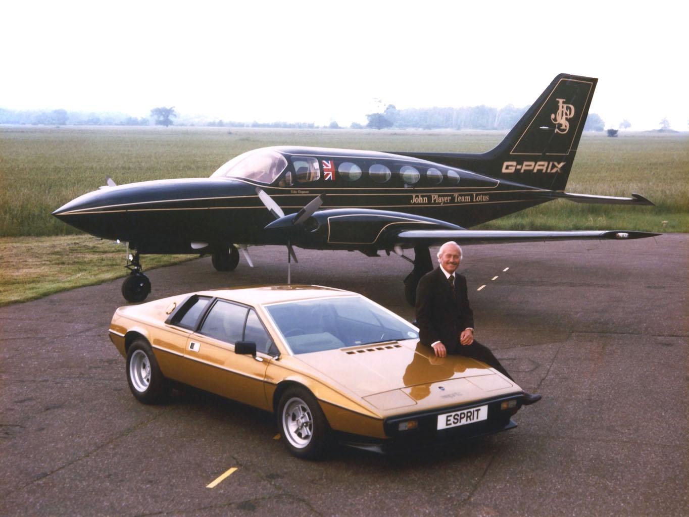 Colin Chapman drev Lotus (her sittende på en Lotus Esprit), og var mannen som skulle få DeLoreans bil til å bli en produksjonsrealitet.