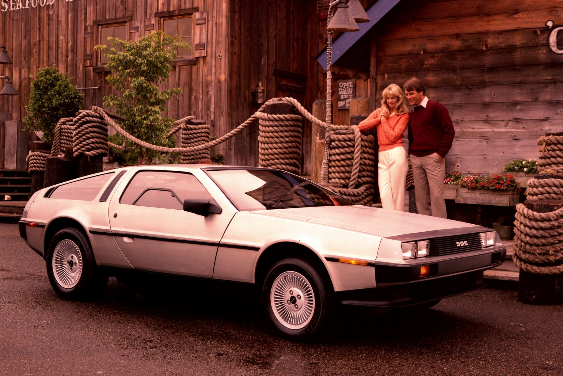 Et forventningsfullt par stirrer fornøyd på sin nye DeLorean. Om de var like fornøyd etter å ha inspisert den nærmere, sier historien ingenting om…