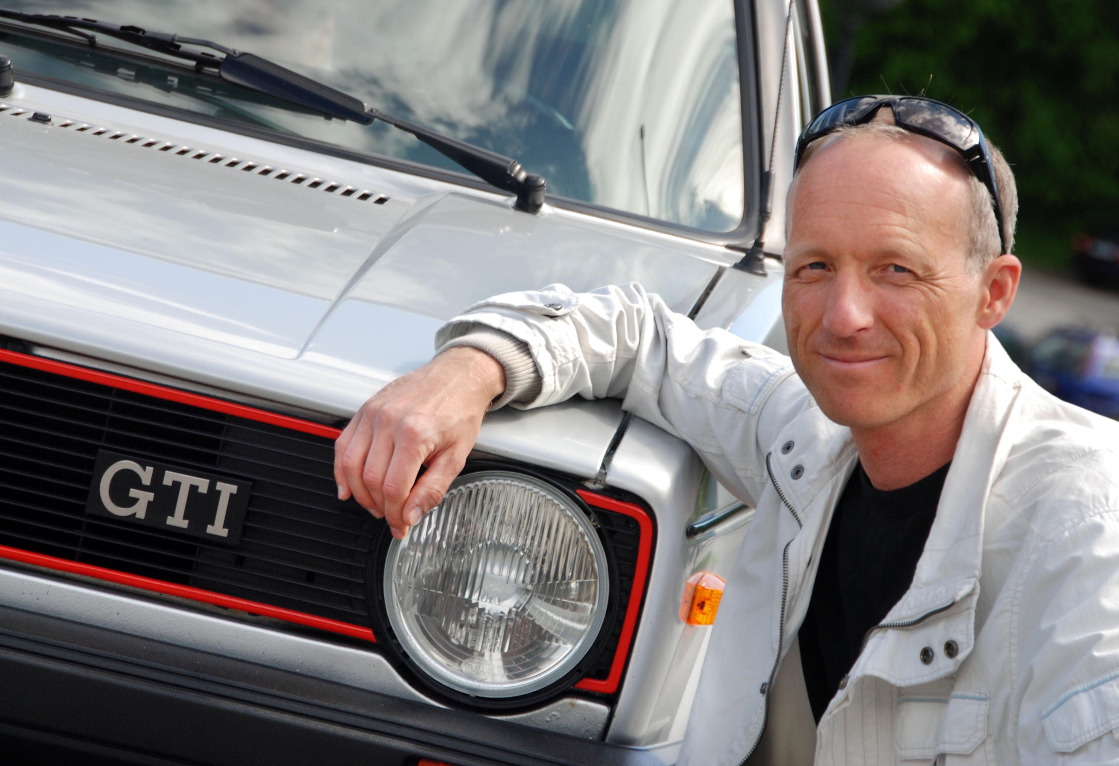 Jan Tore Kopperud sammen med sin 1983 Golf Mk1 GTI. Kopperud er en av landets fremste entusiaster på VW og Audi.