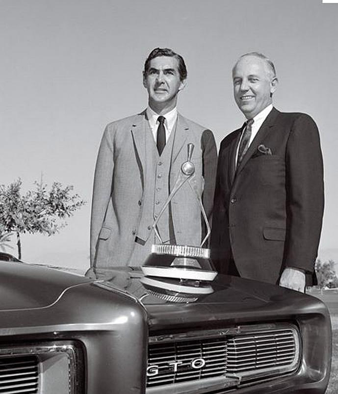 DeLorean fikk også ta med seg en del priser hjem til peishyllen, som denne prisen fra Motor Trend for arbeidet med 1968 Pontiac GTO.