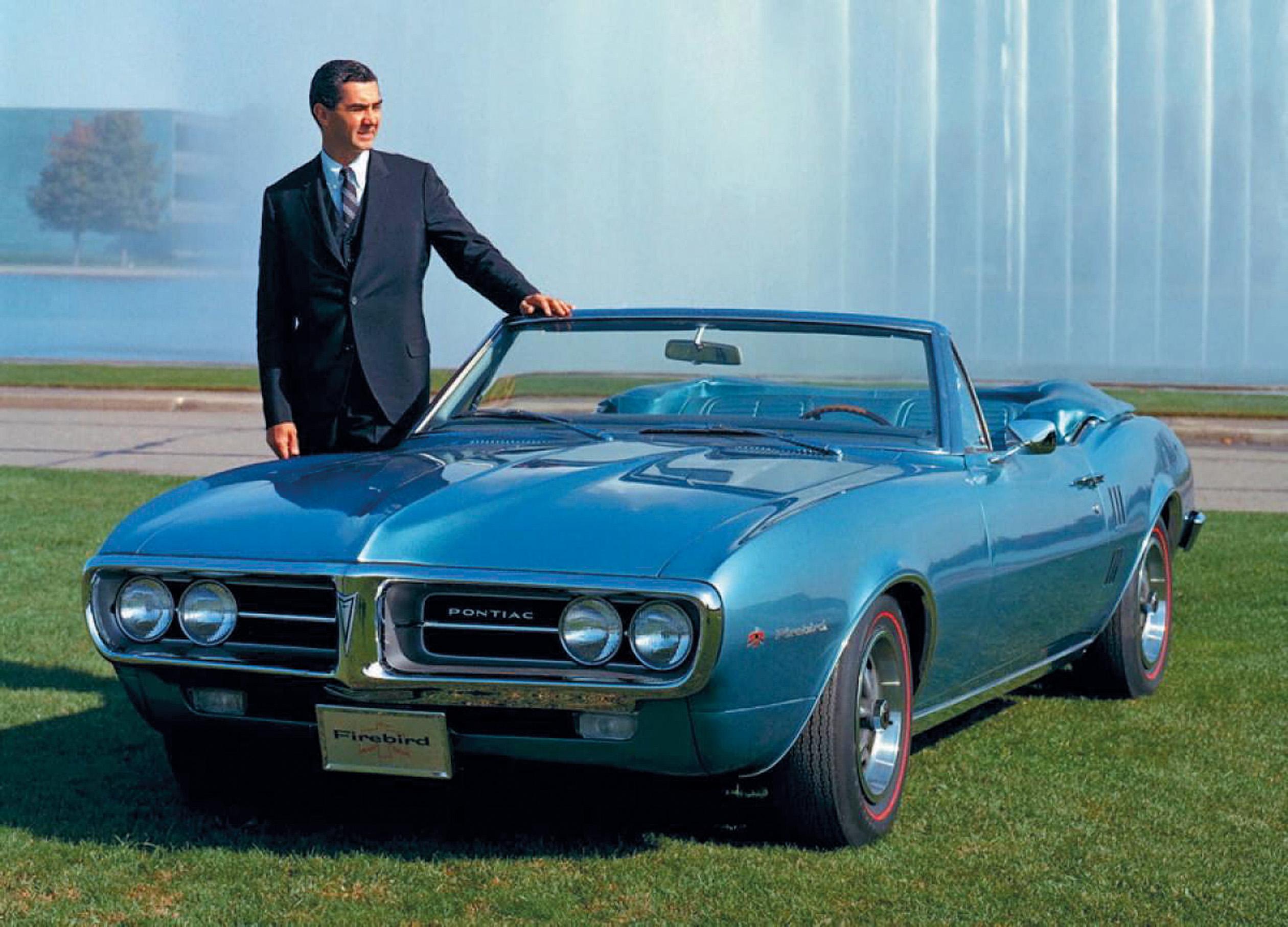 DeLorean kunne stolt posere ved siden av den nye pony car fra Pontiac, nemlig Firebird fra 1967.