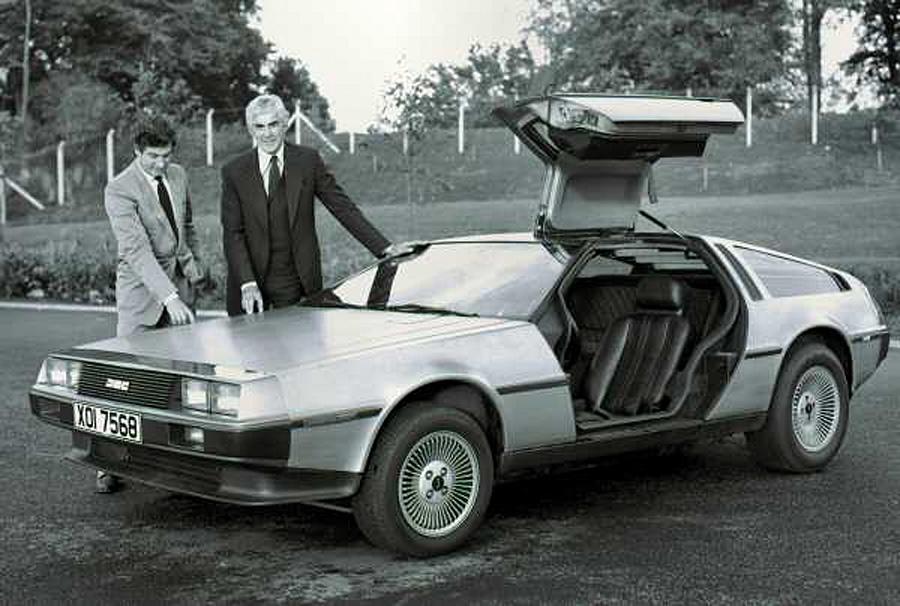 Giorgetto Giugiaro tegnet drømmebilen John DeLorean ønsket seg, Her står de sammen og beføler det rustfrie stålet på et promobilde.