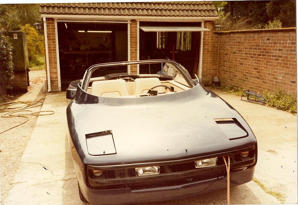 Bil #2 under oppbygging. Legg merke til det hvite skinninteriøret. Foto: Terry Borton