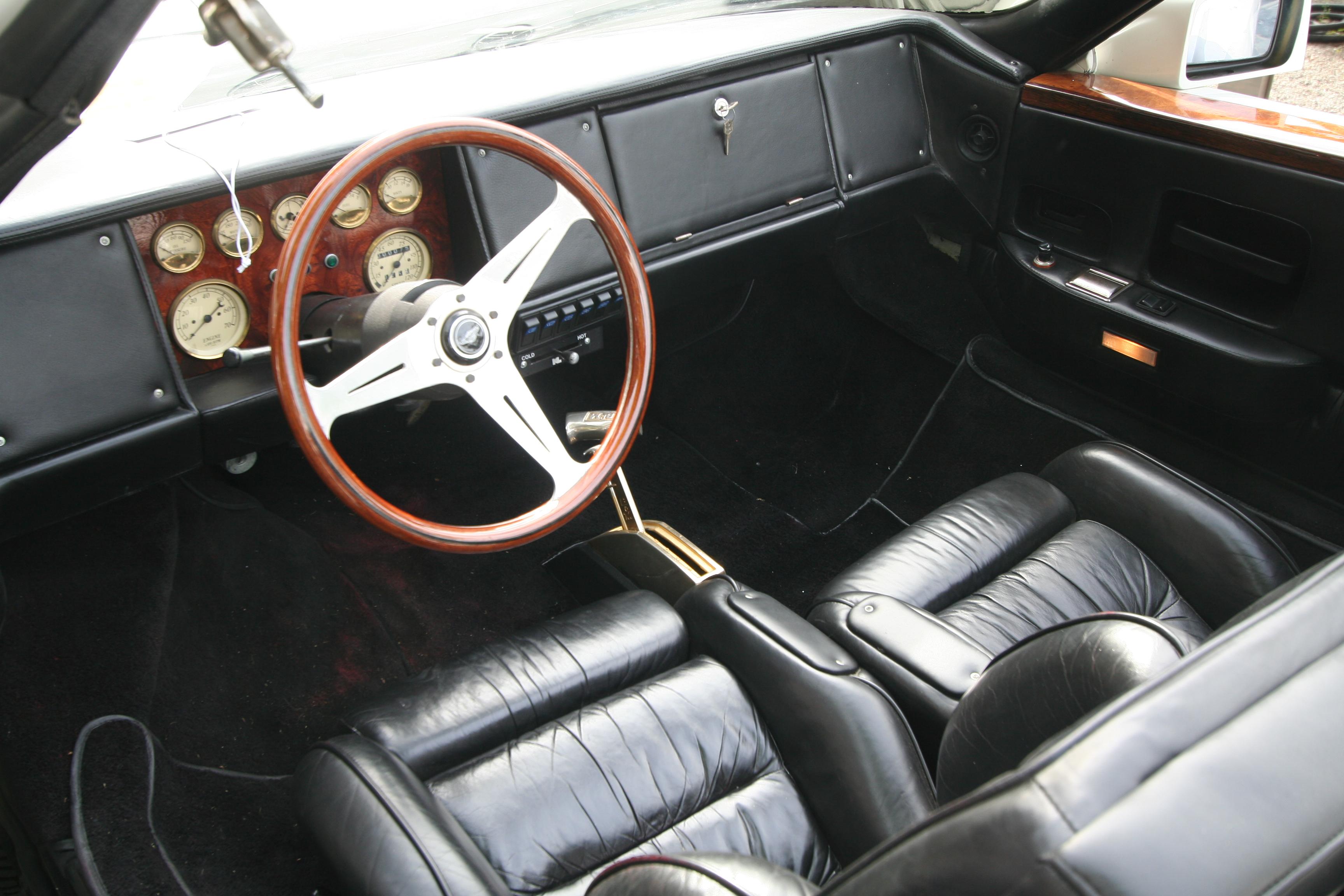 Interiøret på bil #2 fremstår i dag som veldig nøkternt og ryddig, og det hele er kledd i svart skinn.