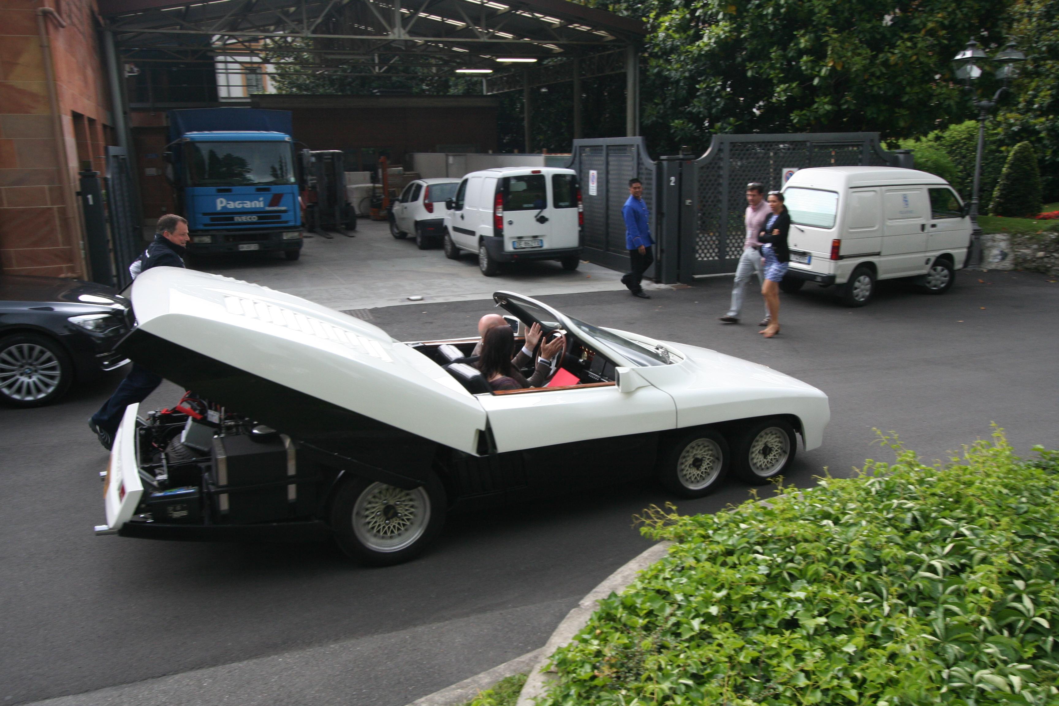 Panther Six forlater Villa d'Este 2015 med panseret oppe. Forhåpentligvis har eieren fått orden på bilen nå.