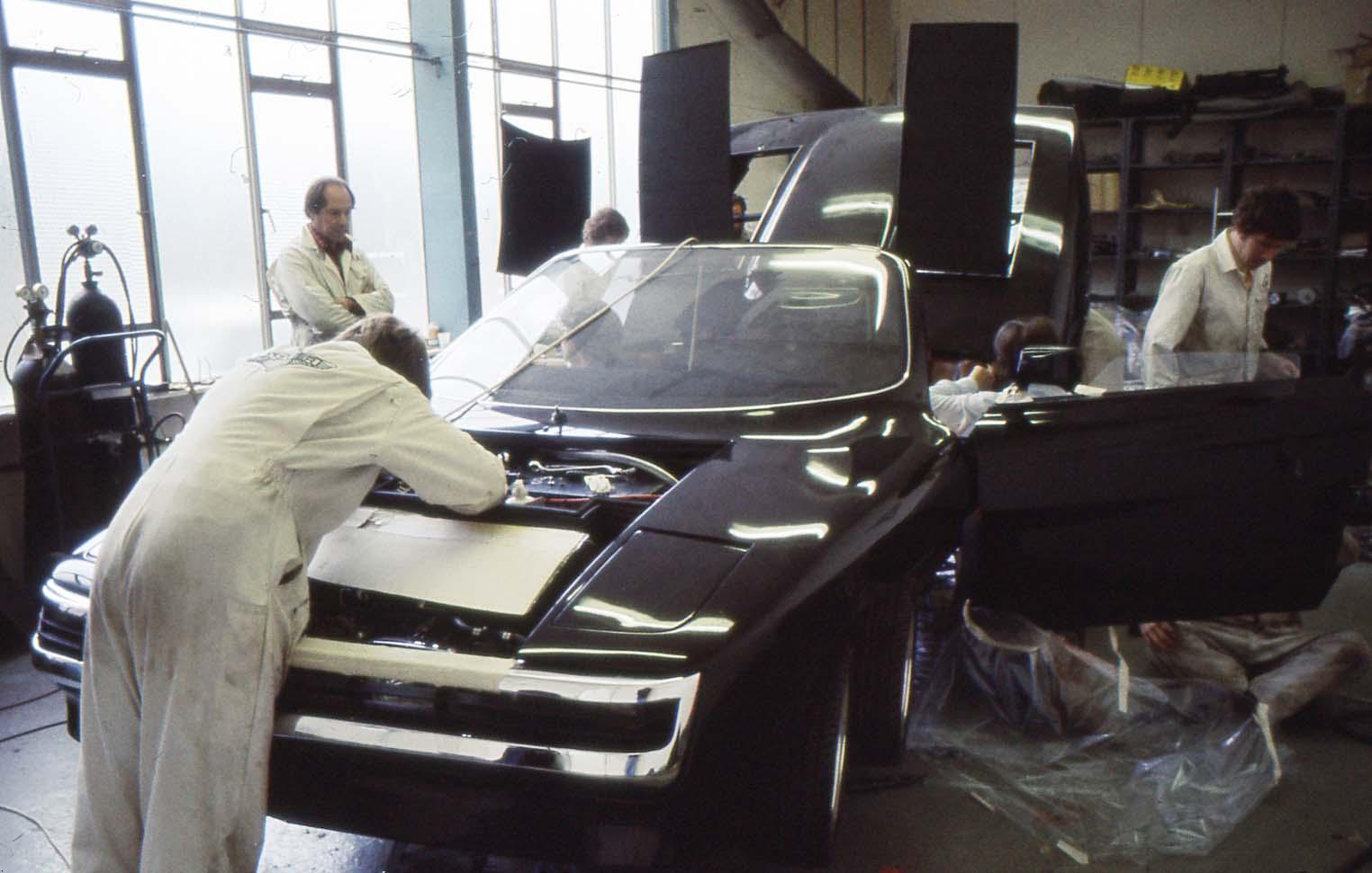 Fabrikkarbeiderne hos Panther jobber med bilen før premieren i oktober 1977. Foto: Terry Borton