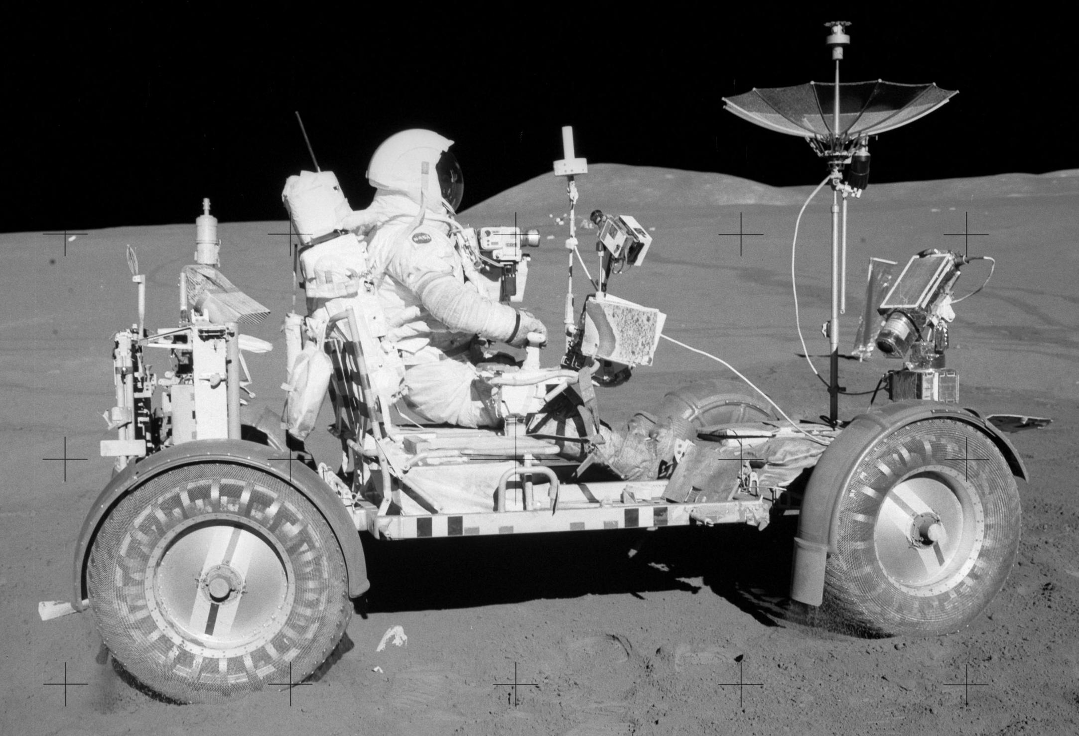 Verdens første månebil med astronaut David R.Scott bak spakene på Apollo 15-ferden.