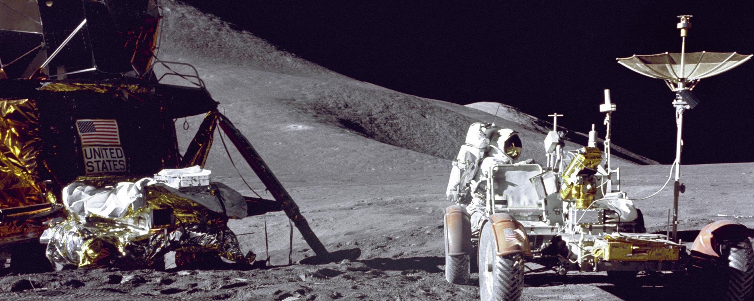 Astronaut Jim Irwin fra Apollo 15 laster utstyr fra landingsmodulen, om bord i månebilen før kjøringen begynner.