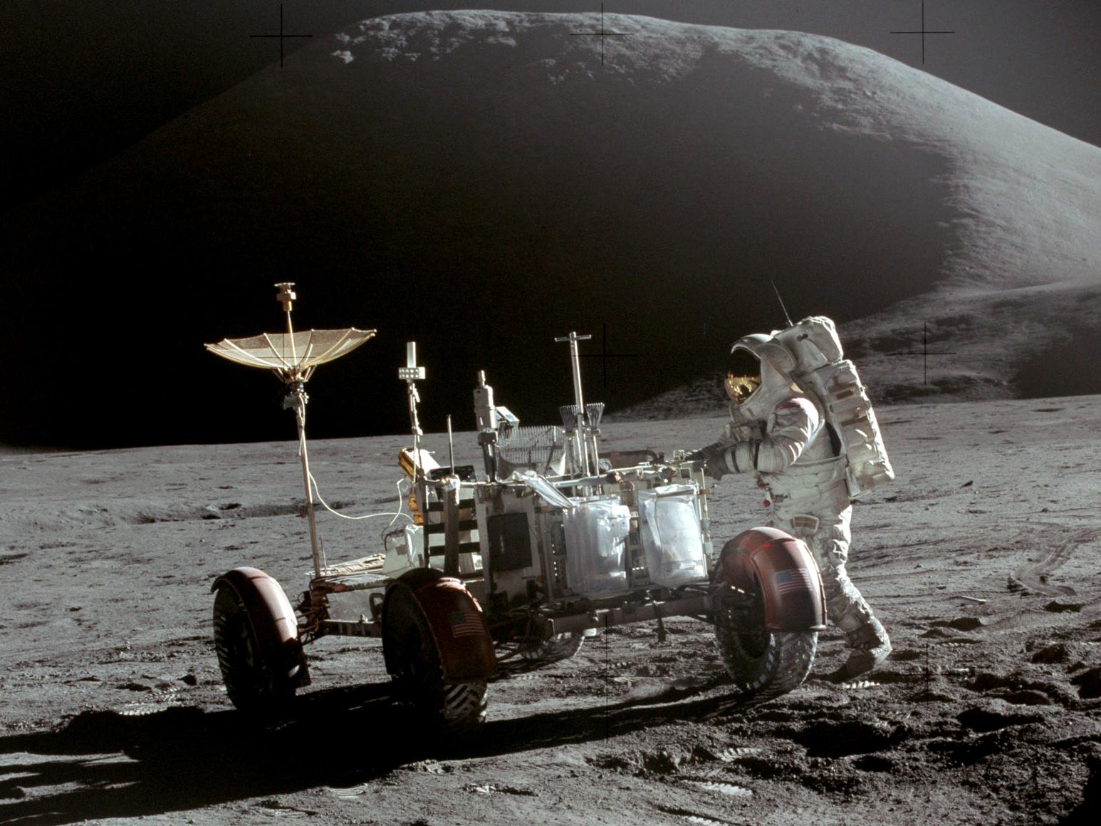 Astronaut Jim Irwin iferd med å ta plass i månebilen på Apollo 15-ekspedisjonen.