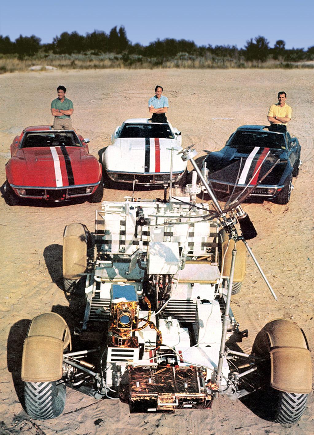 Astronautene i Apollo-prosjektet hadde tradisjon for å kjøre Corvette. Her er gjengen fra Apollo 15 foran sine egne Corvetter og månebilen. Irwin med rød bil, Worden med hvit og Scott med blå.