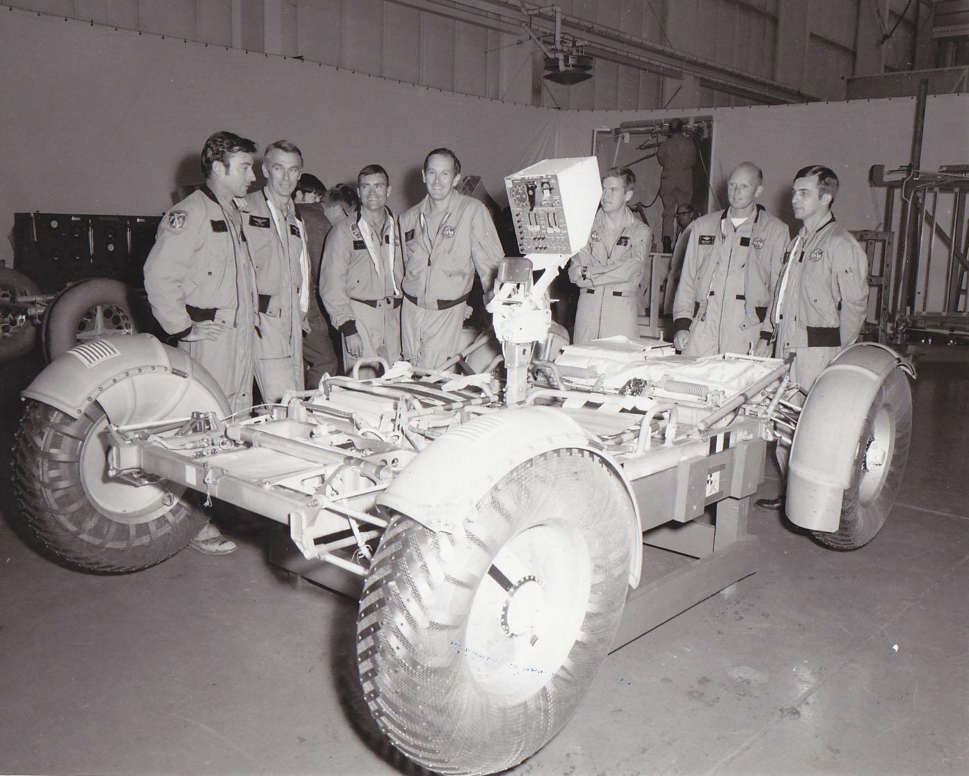 Mannskap og Astronauter fra Apollo 16 og Apollo 17 ved NASA Marshall Space Flight Center i 1971, for testing og  opplæring av hvordan man får ut bilen fra landingsmodulen.