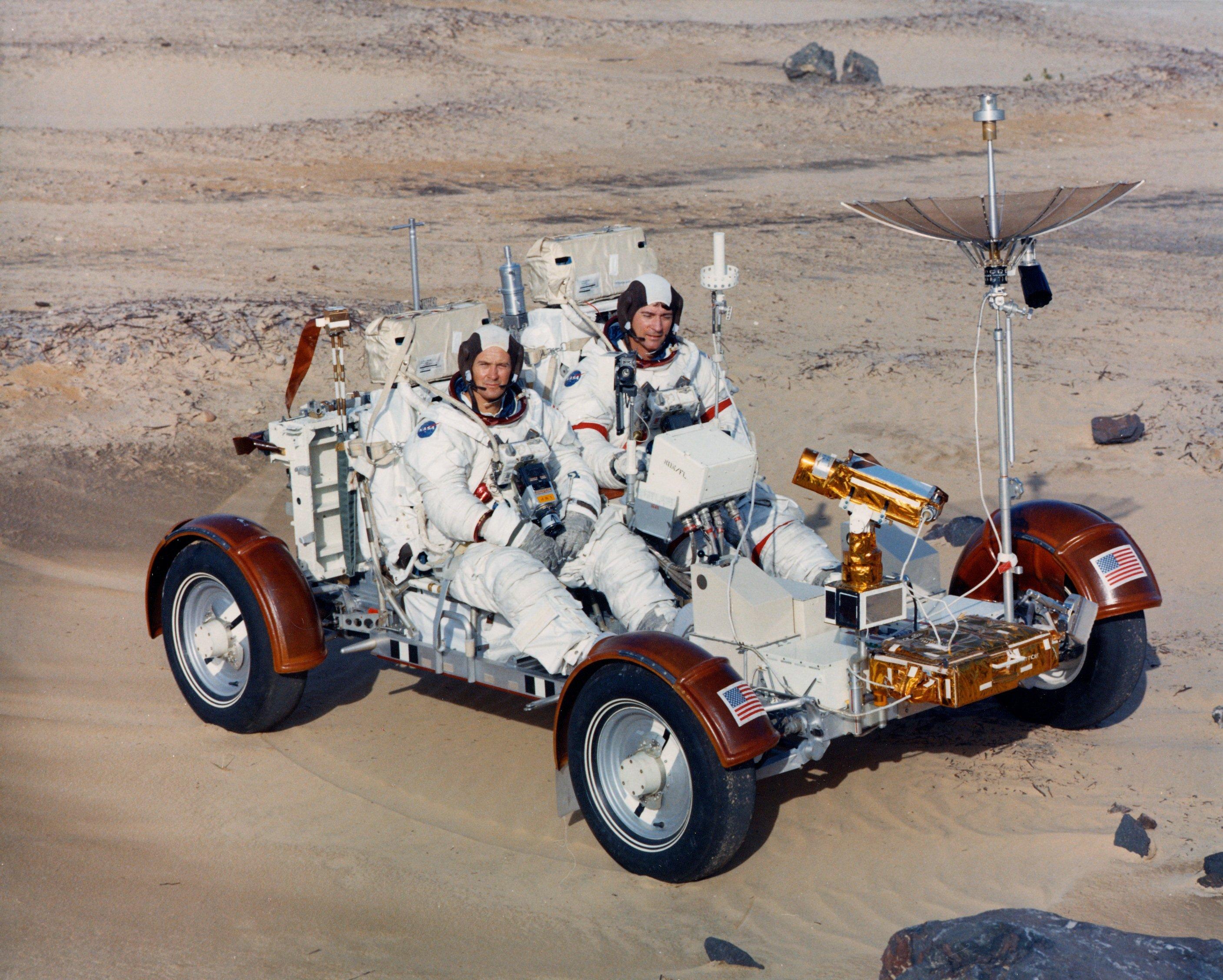 Astronautene Young og Duke testkjører en trenings-simulator bil nede på jorden før avreise med Apollo 16.