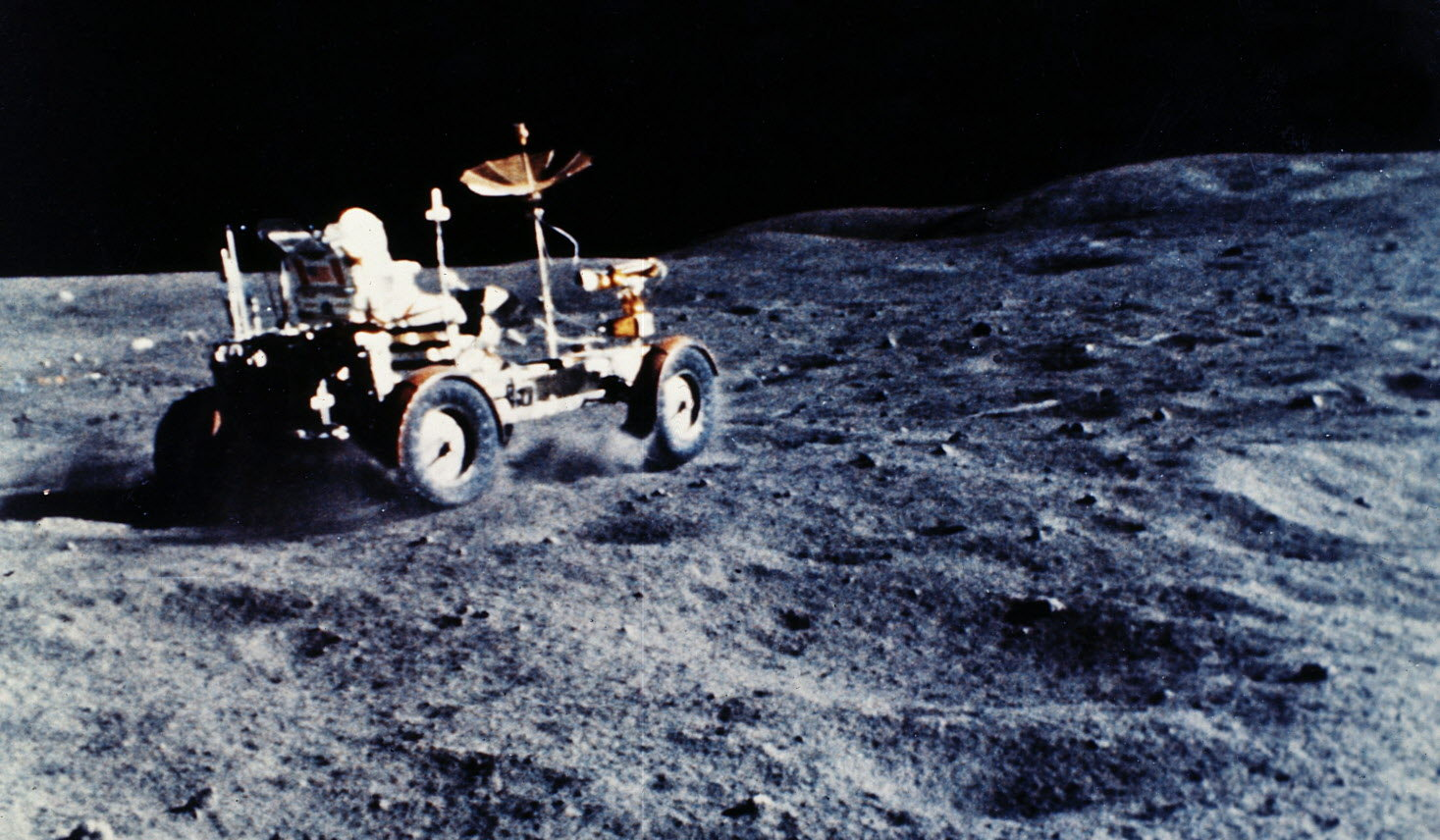 Månebilen i full fart i sitt rette element under Apollo 16-ferden.