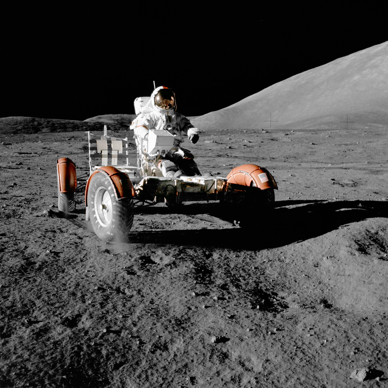 Astronaut Eugene Cernan kjører månebilen, etter å ha losset den av Apollo 17.