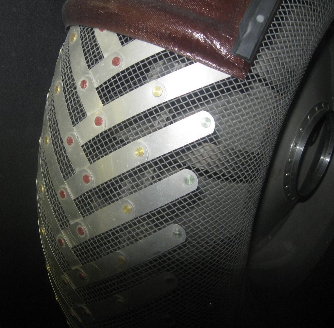Her ser man tydelig dekkenes stålnetting med titanbelegg som «mønster».