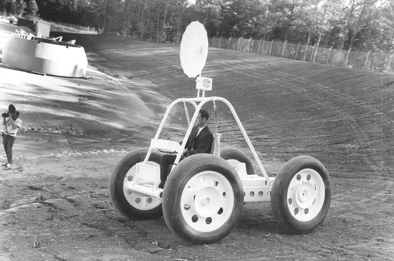 Brown Engineering Company var et av firmaene som bygde prototyper til en månebil. Denne ble testet fra 1965-1966.