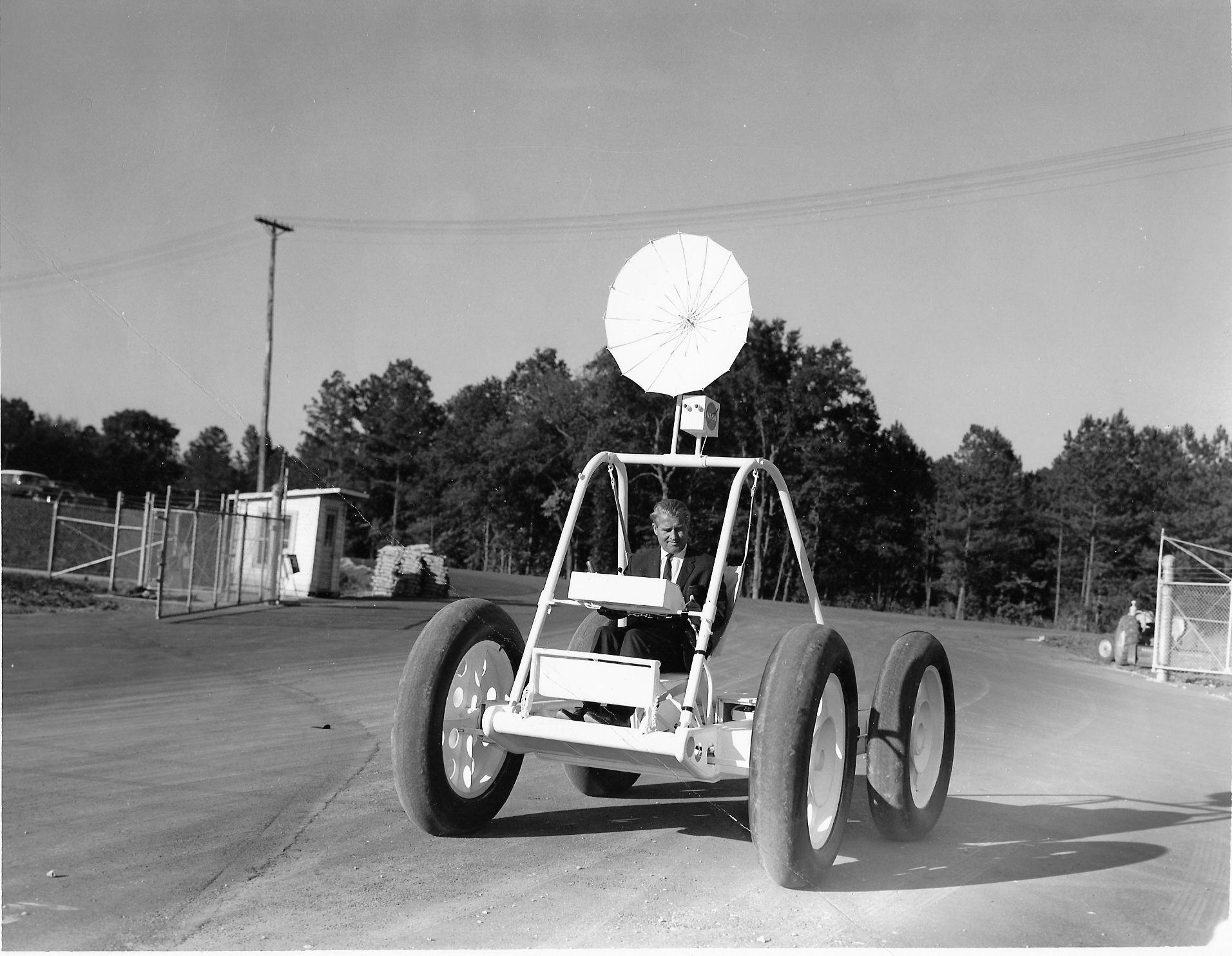Selveste Wernher von Braun bak rattet på en av prototypene fra Brown Engineering Company i 1965.