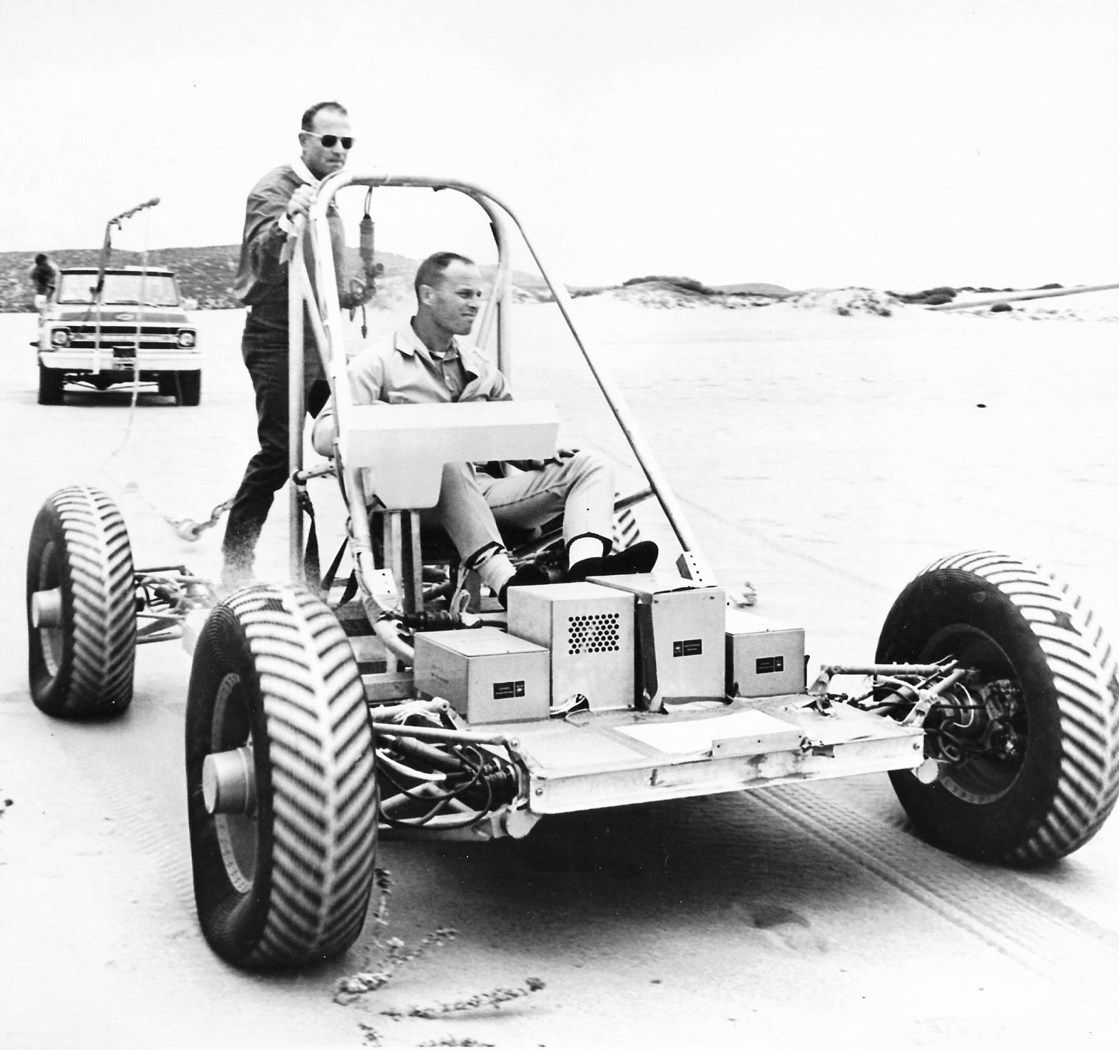 En 1971 prototype fra GM for en Dual Mode Lunar Rover, her under testing i California.