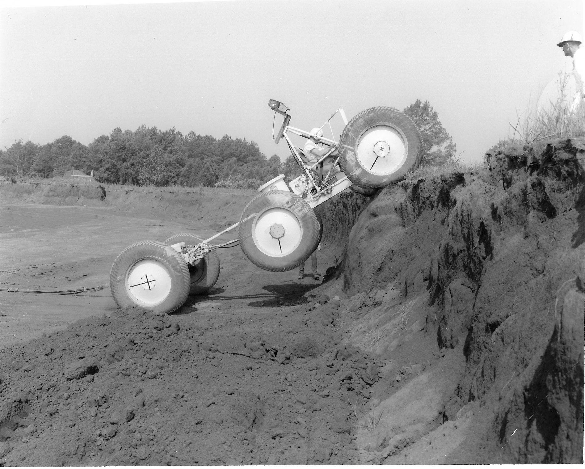 En av GM sine Dual Mode Lunar Rover konsepter under testing i tøft terreng.