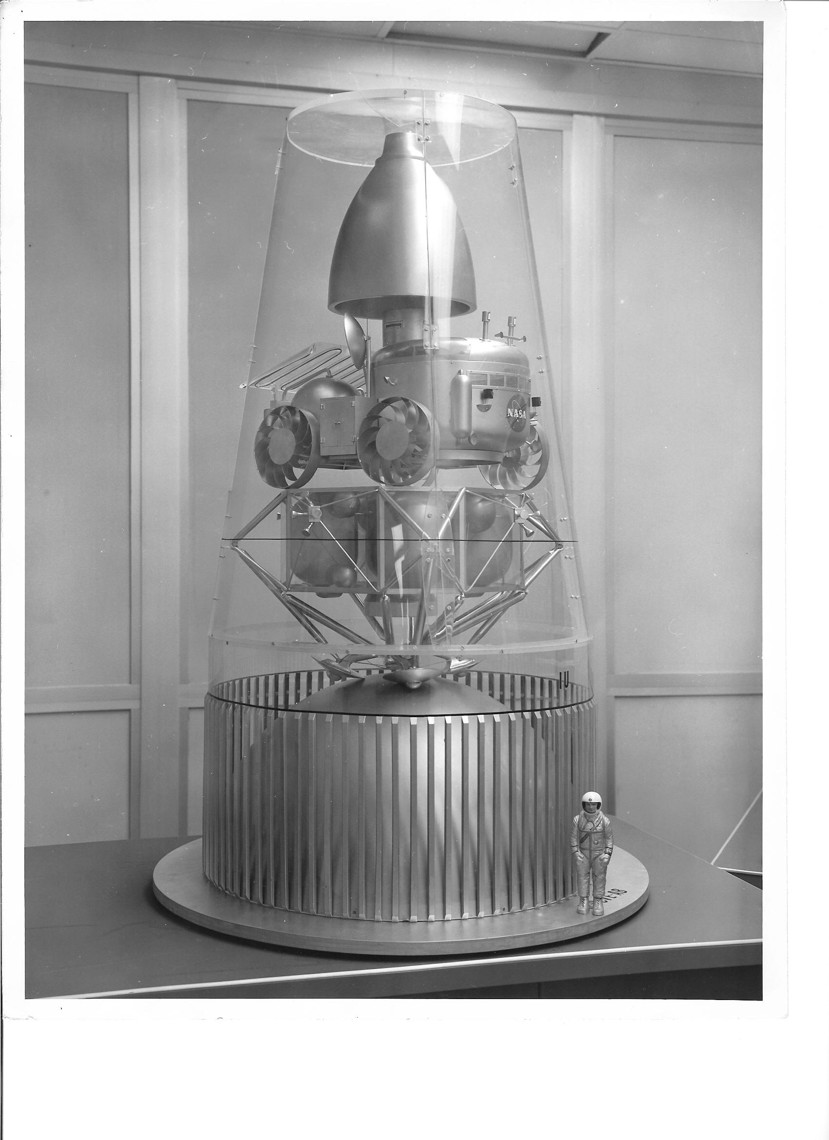 Slik ville en MOLAB månebil stå under transport til månen inni en Saturn V bærerakett.