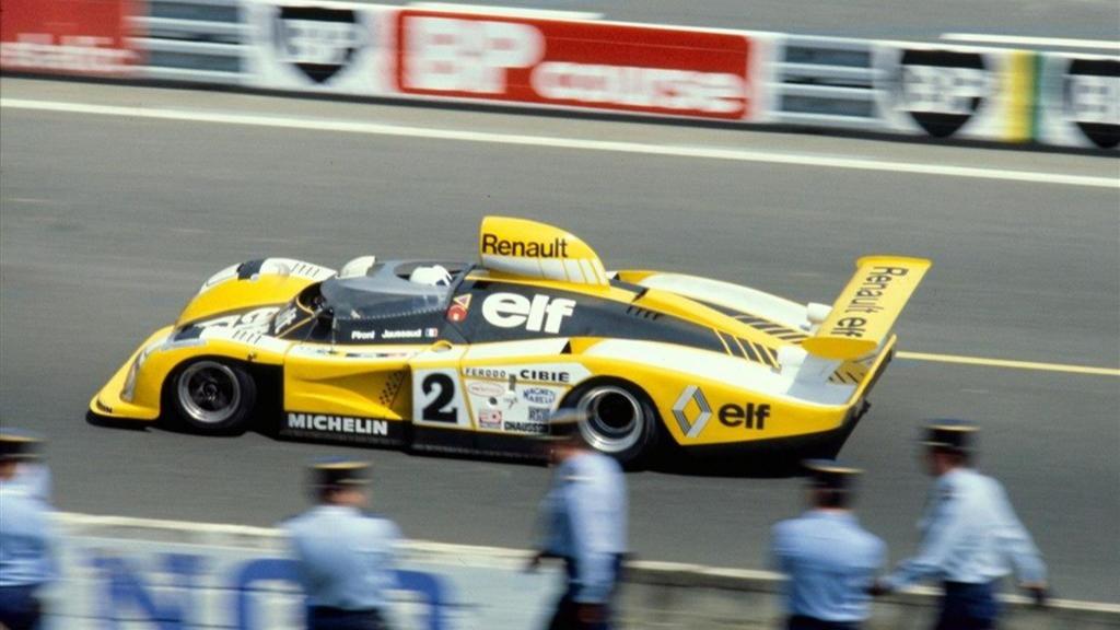 Didier Pironi dundrer forbi franske politimenn under 24-timers løpet på Le Mans i 1978.