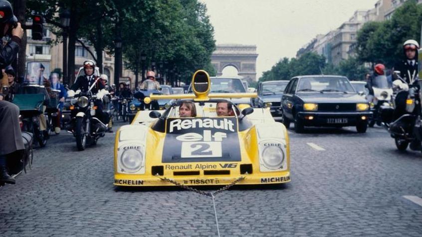 Vinnerne av Le Mans 1978, Jaussaud og Pironi ble tauet rundt i en seiersparade gjennom Paris noen dager etter løpet.
