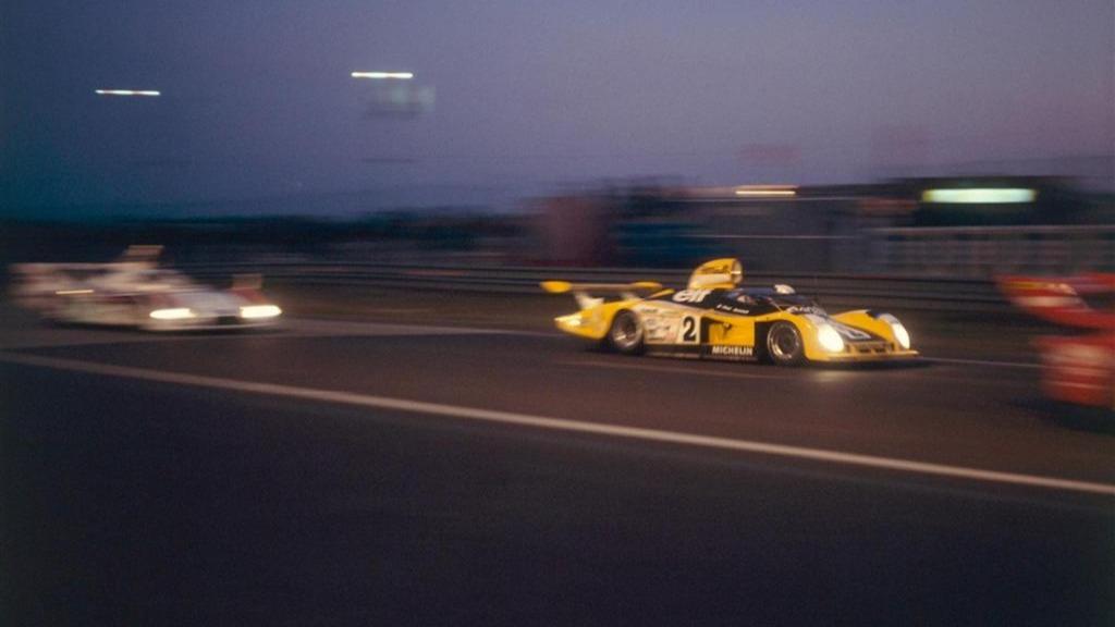 Natten har senket seg over Le Mans, og #2 gjør sitt beste for å føre Renault til seier.