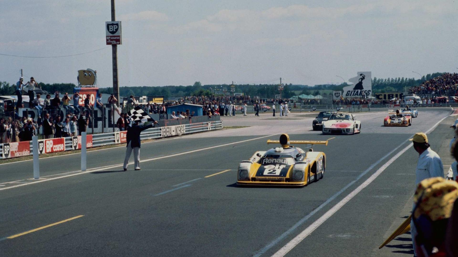 Didier Pironi får målflagget som symboliserer at han er førstemann over målstreken i Le Mans 1978.