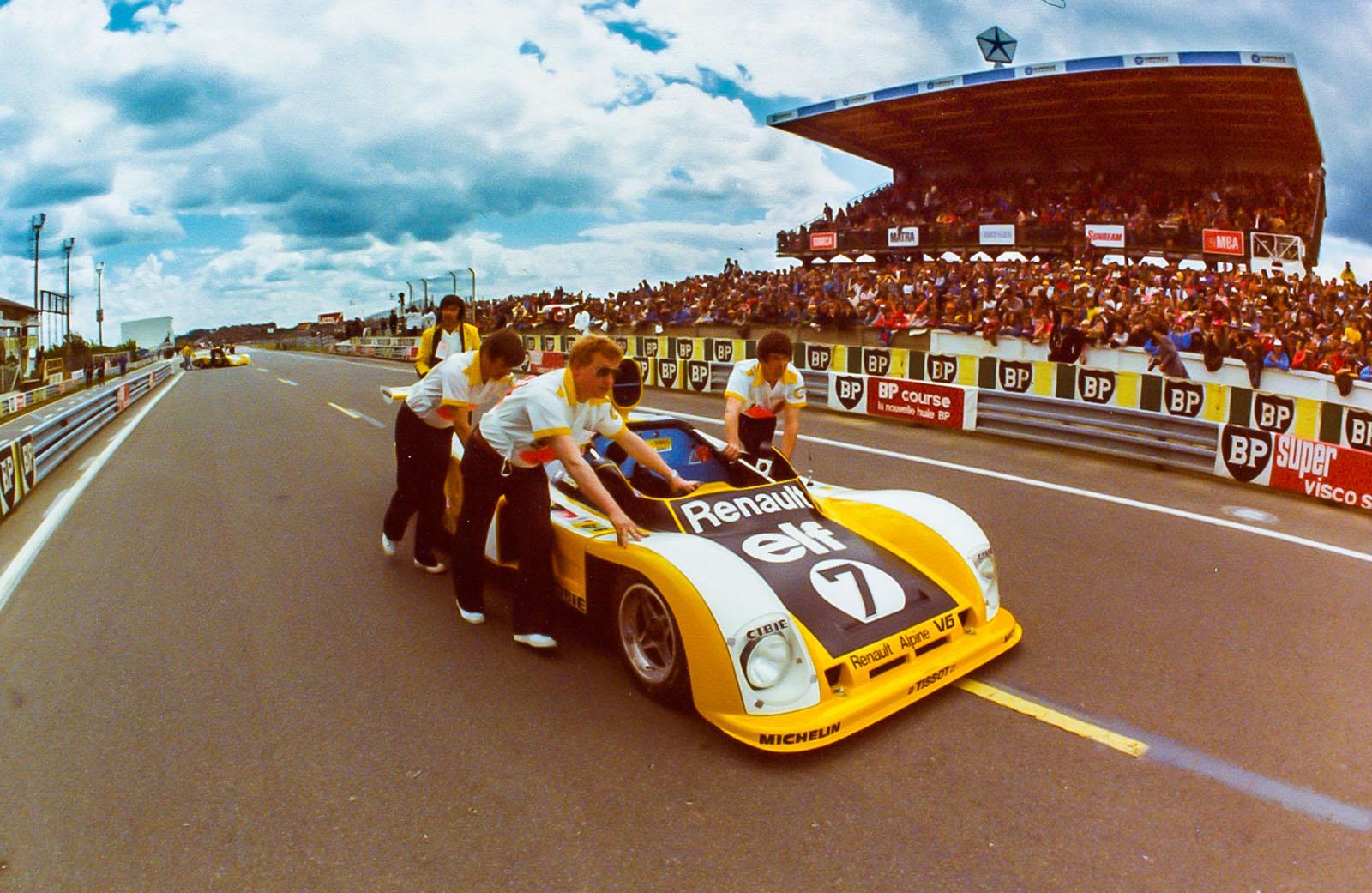 Bil #7 klargjøres til start på Le Mans foran 1977-løpet.