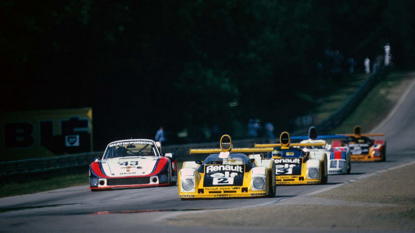Le Mans 1978. Pironi i bil #2 fører an, med Jarier i bil #3 like bak. En Porsche 935 og 936 henger med, mens den fjerde Renaulten er bakerst i bildet. #1 lå et godt stykke foran denne klyngen.