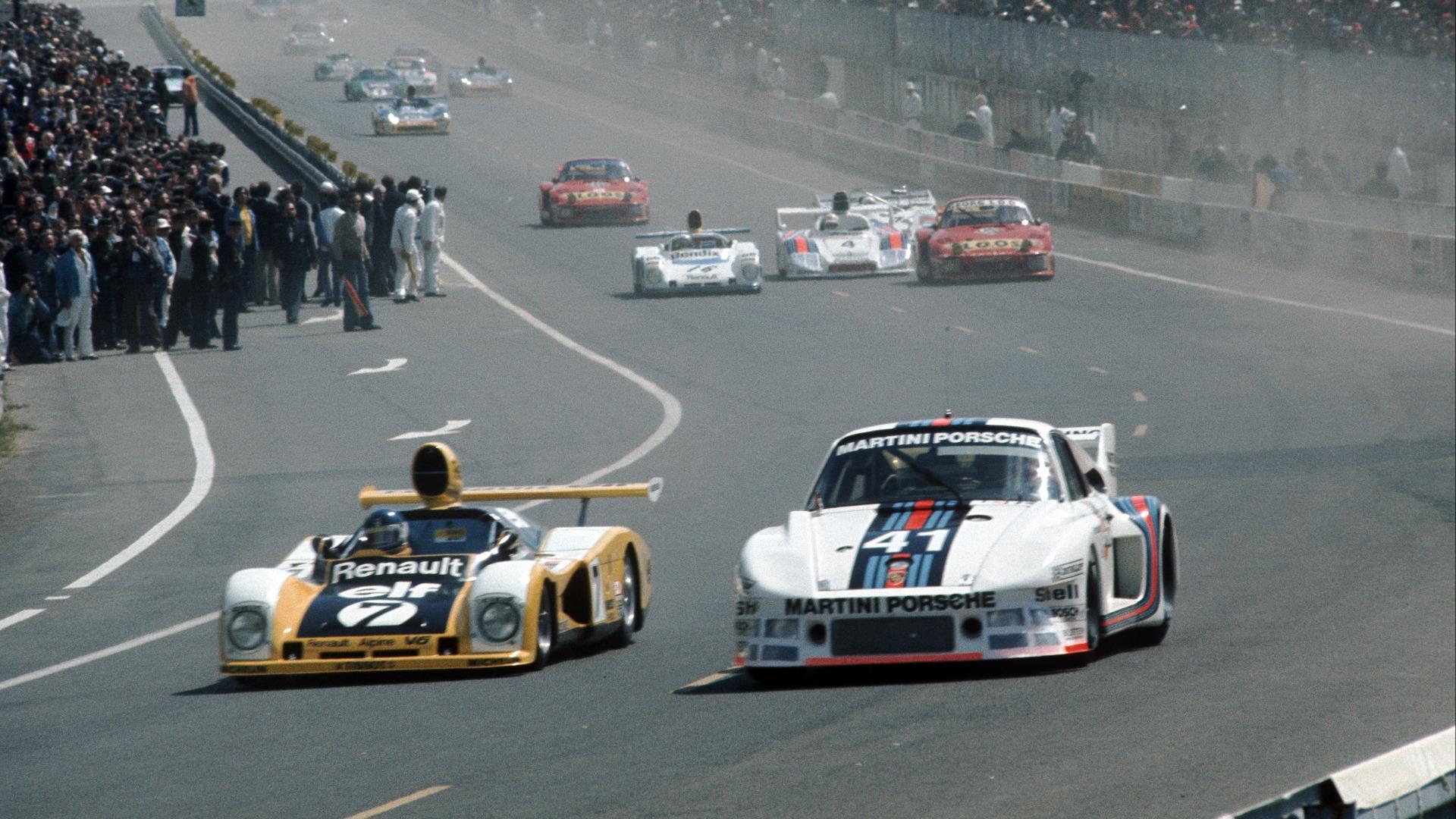 Patrick Tambay i bil #7 kjemper hardt mot en Porsche 935 under Le Mans i 1977.