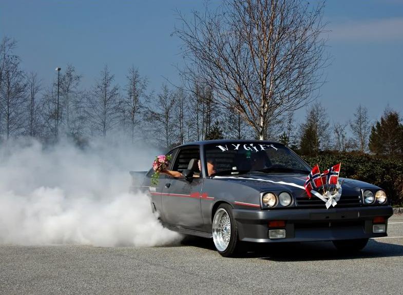 Ikke alle kan skryte på seg å ha en børnende Opel Manta som bryllupsbil. Johnny kan.