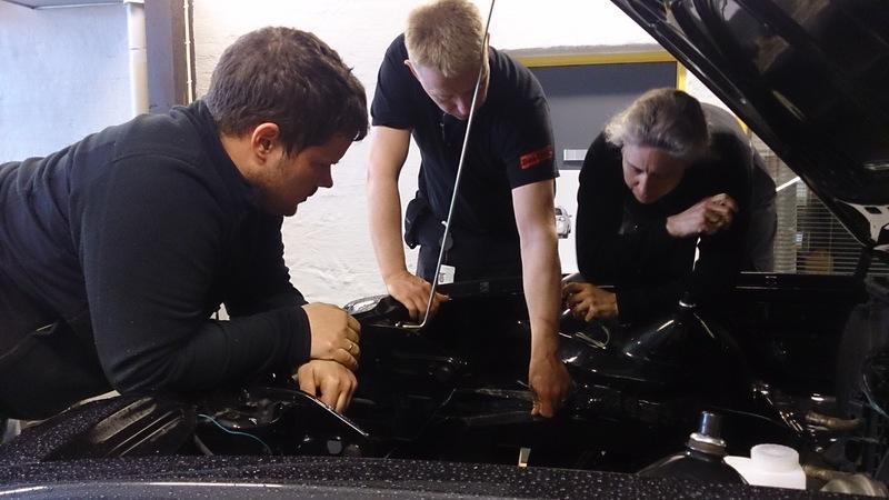 Lønning (til venstre) og gjengen sjekker at alt er slik det skal i motorrommet.