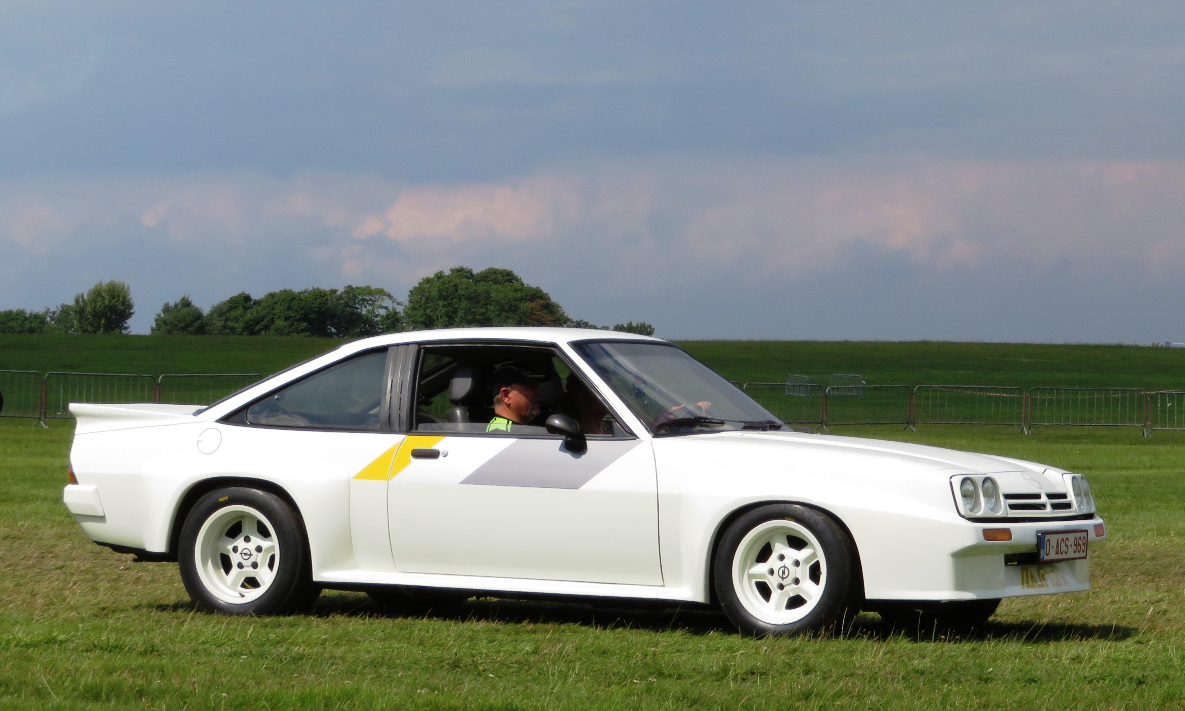 Slik så en Manta 400 ut etter å ha mottatt bredding, doble frontlykter, og bedre effekt.
