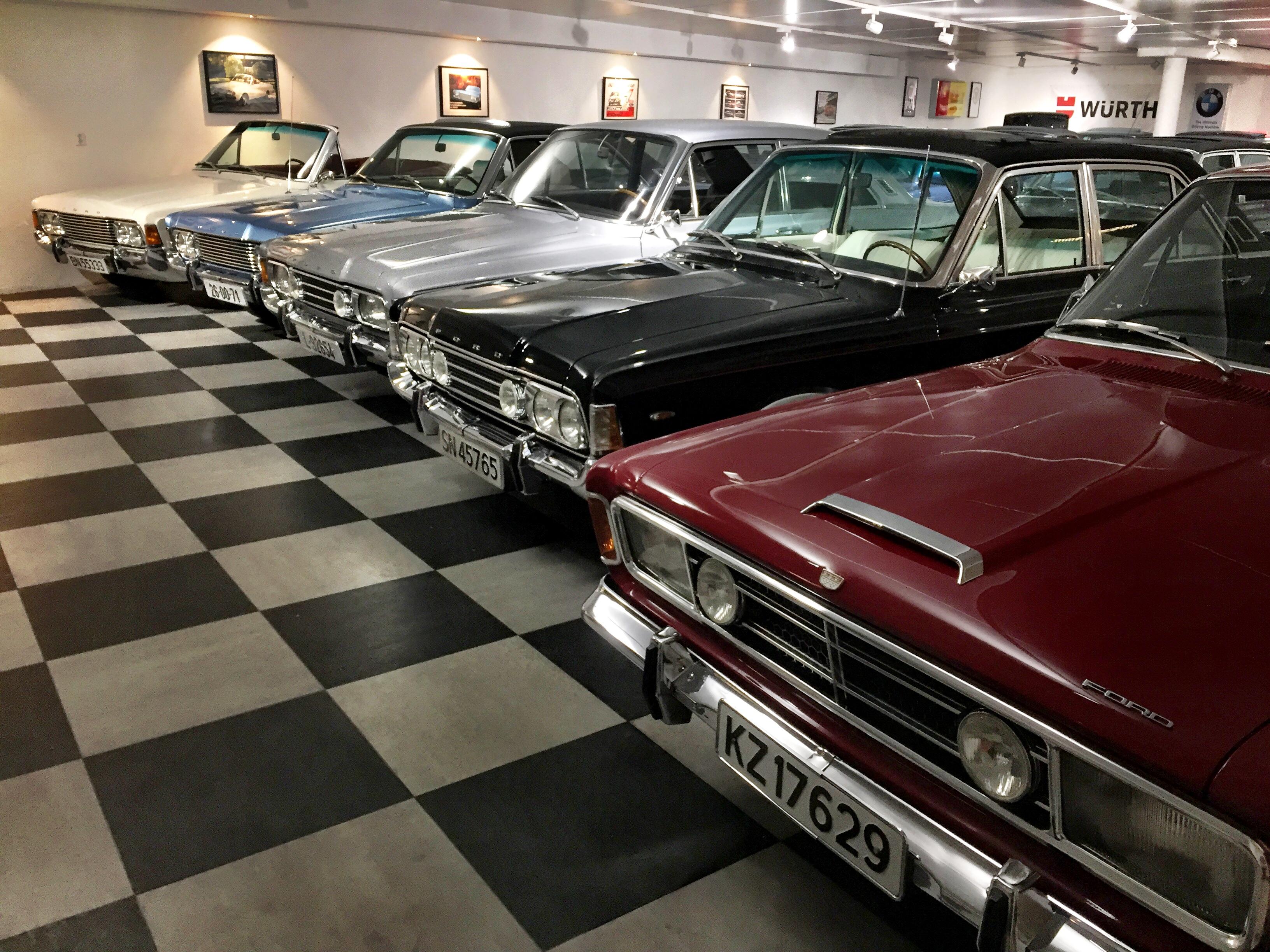Her er bare noen av Arvid Indrehus sine mange biler. Han teller omtrent 30 biler til sammen, hvorav halvparten er Ford M.