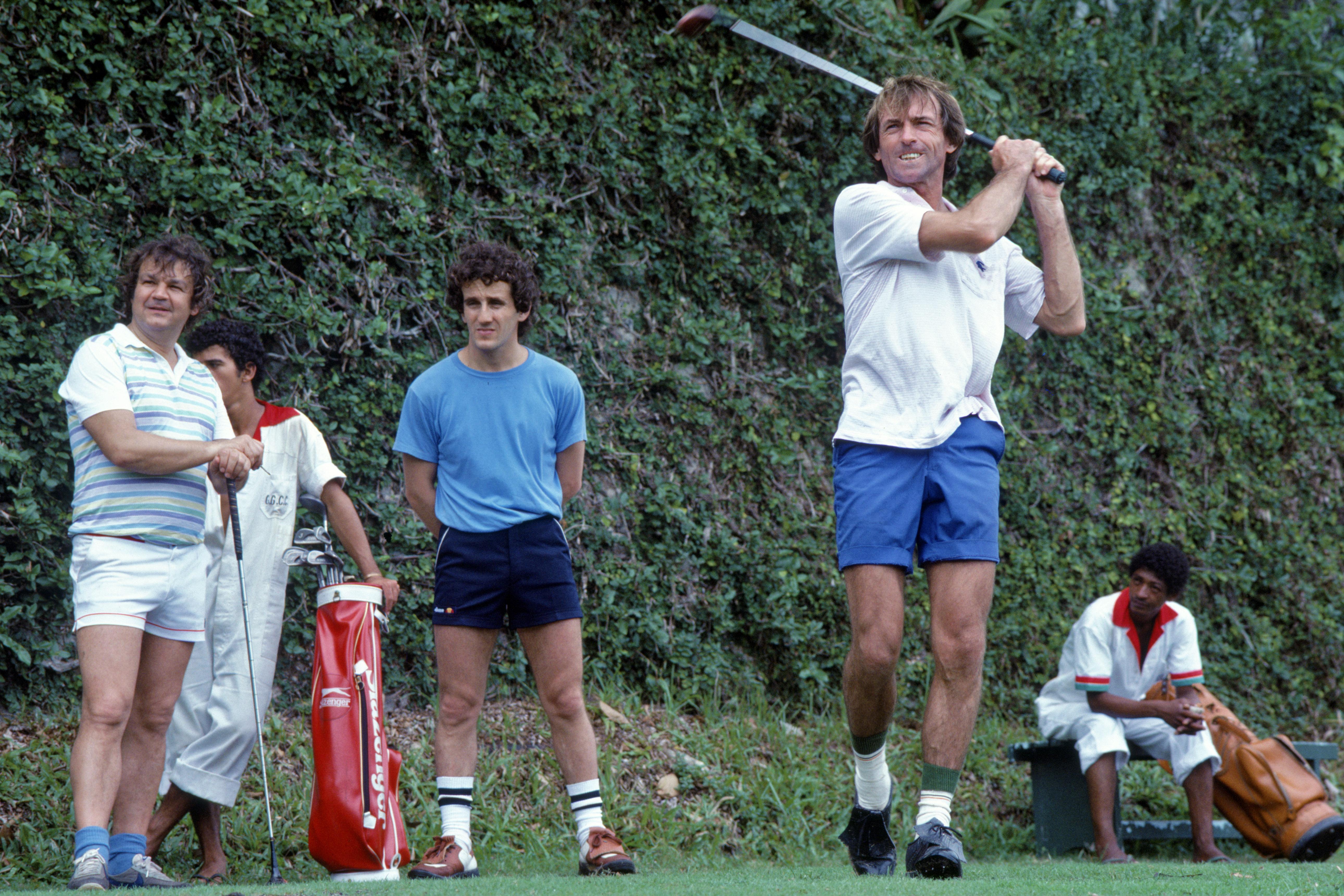 Prost er dyktig på golfbanen, her spiller man mot Jaques Laffite en gang på tidlig åttitall. Foto: Williams