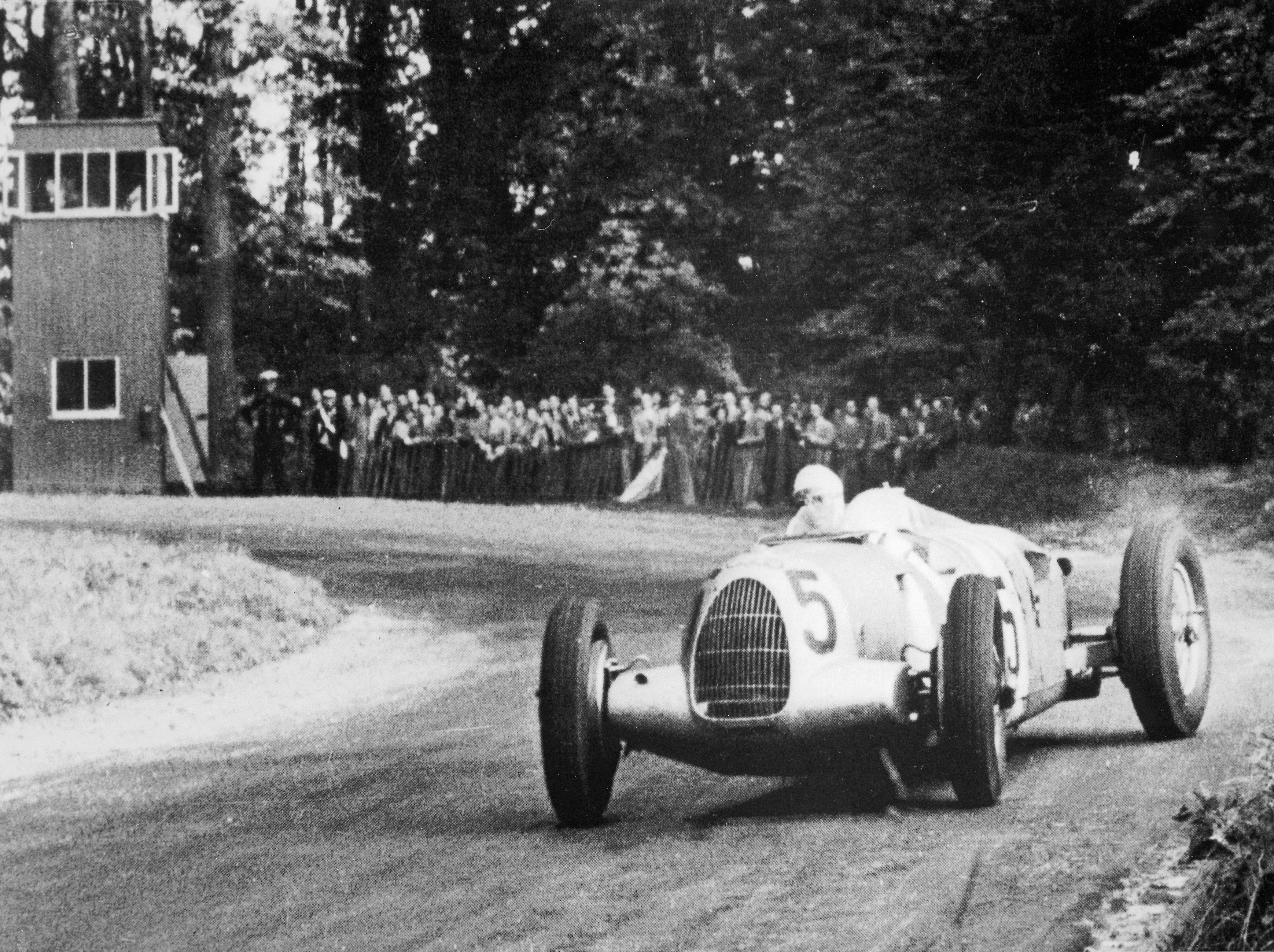 Ingen kunne mestre Auto Unions monsterbiler som Rosemeyer, her i full drift på Donington i 1937.