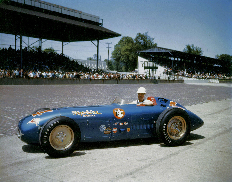 """Bill Vukovich i sin «Hopkins Special"""" som han prøvde å vinne Indy 500 med i 1955. Det endte på tragisk vis. Foto: Indianapolis Motor Speedway."""