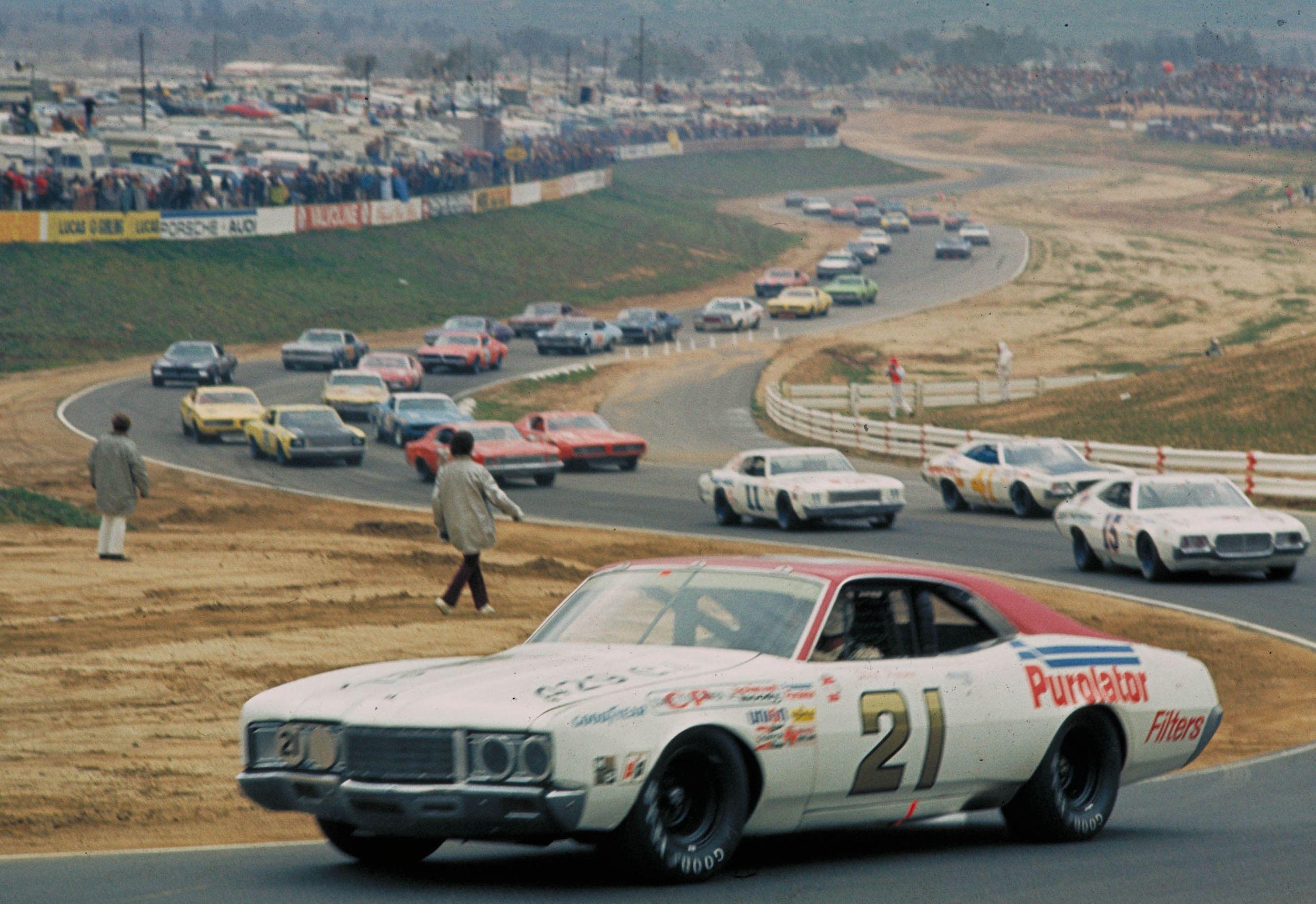 Sølvreven var en mester på alle baner, også vanlige road tracks, hvor han her leder feltet på Riverside i 1973.